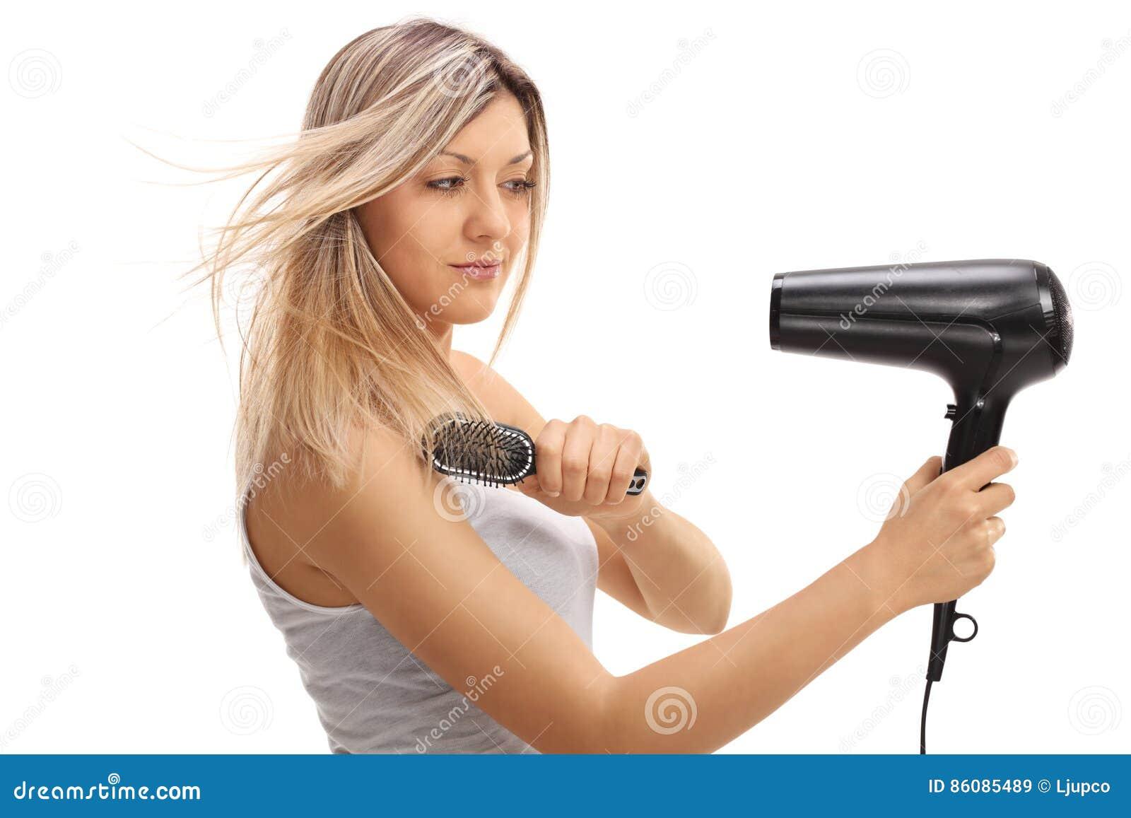Giovane Donna Graziosa Che Usando Una Spazzola Per I ...