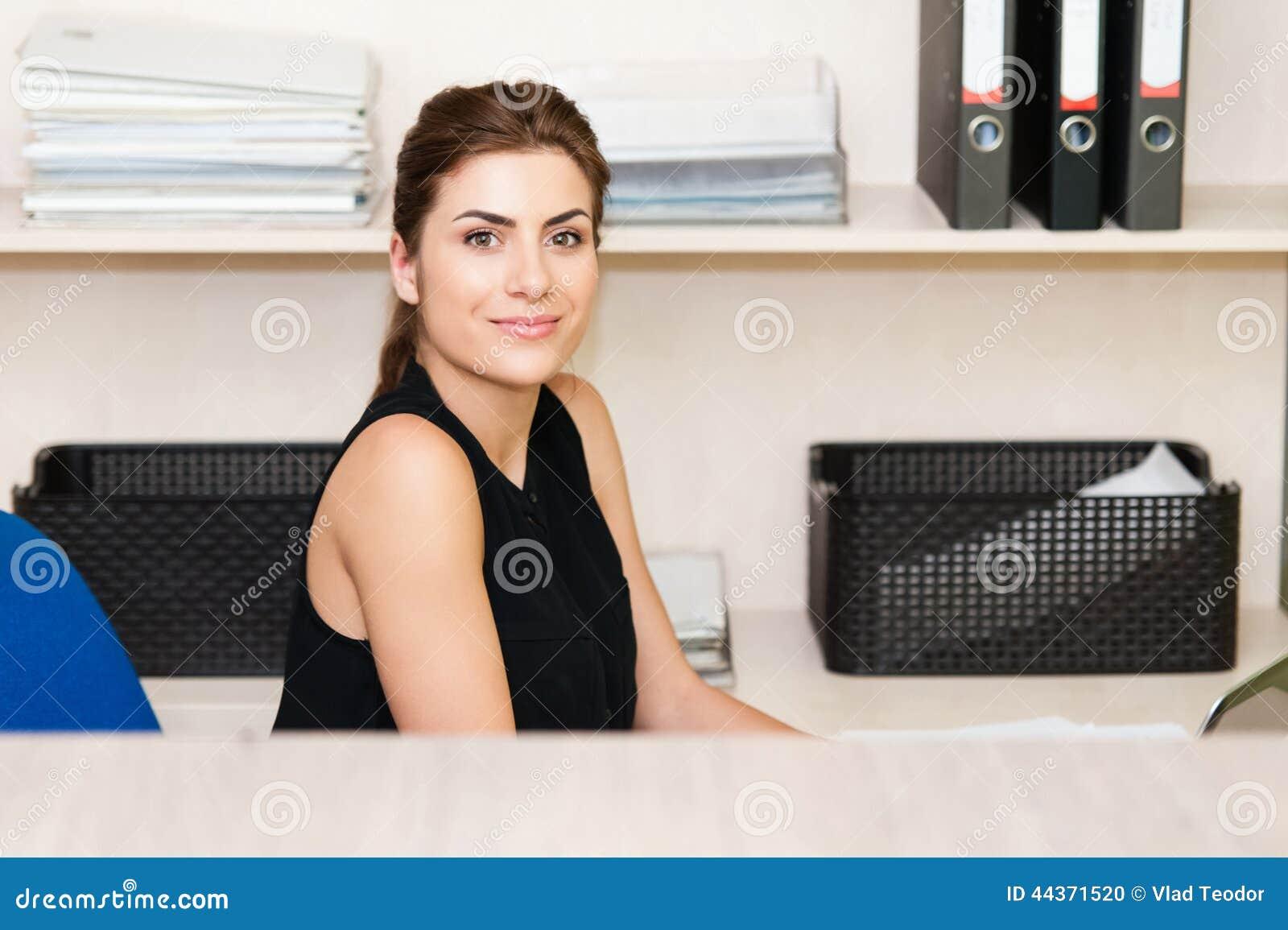 Giovane donna graziosa di affari
