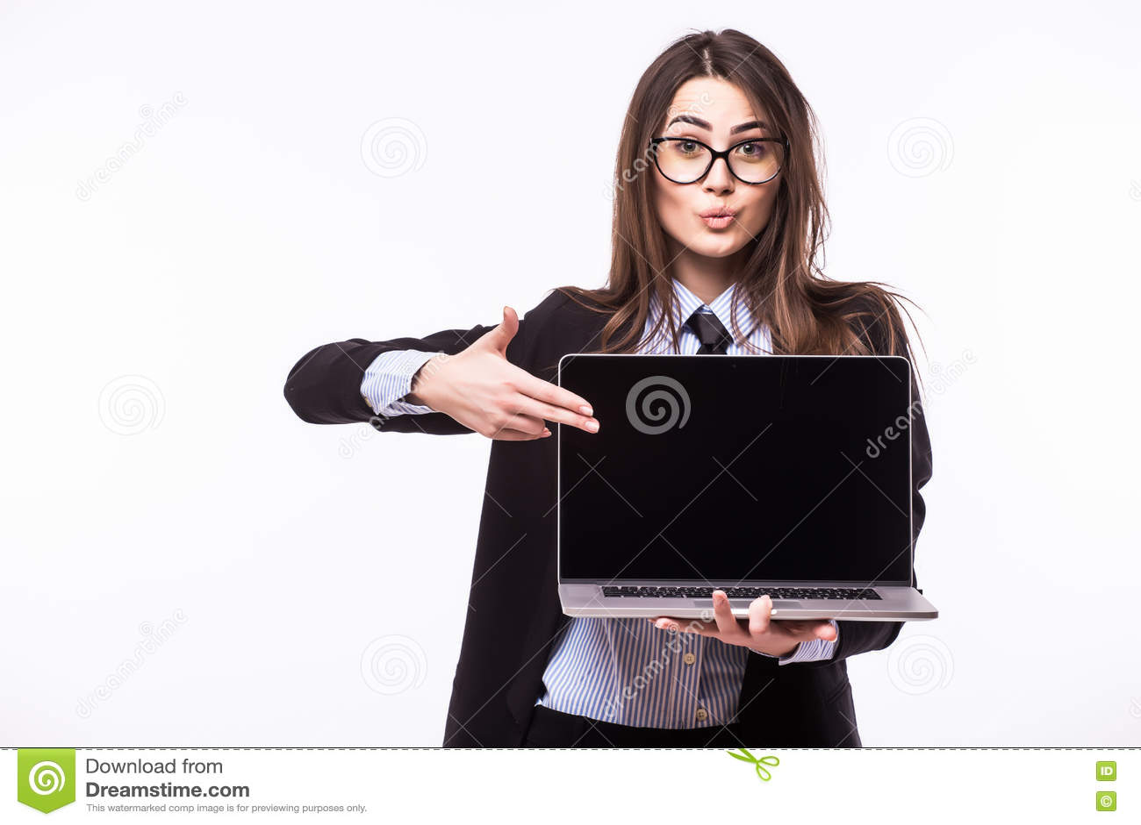 Giovane donna graziosa sorridente con il sorriso felice amichevole che tiene un computer portatile