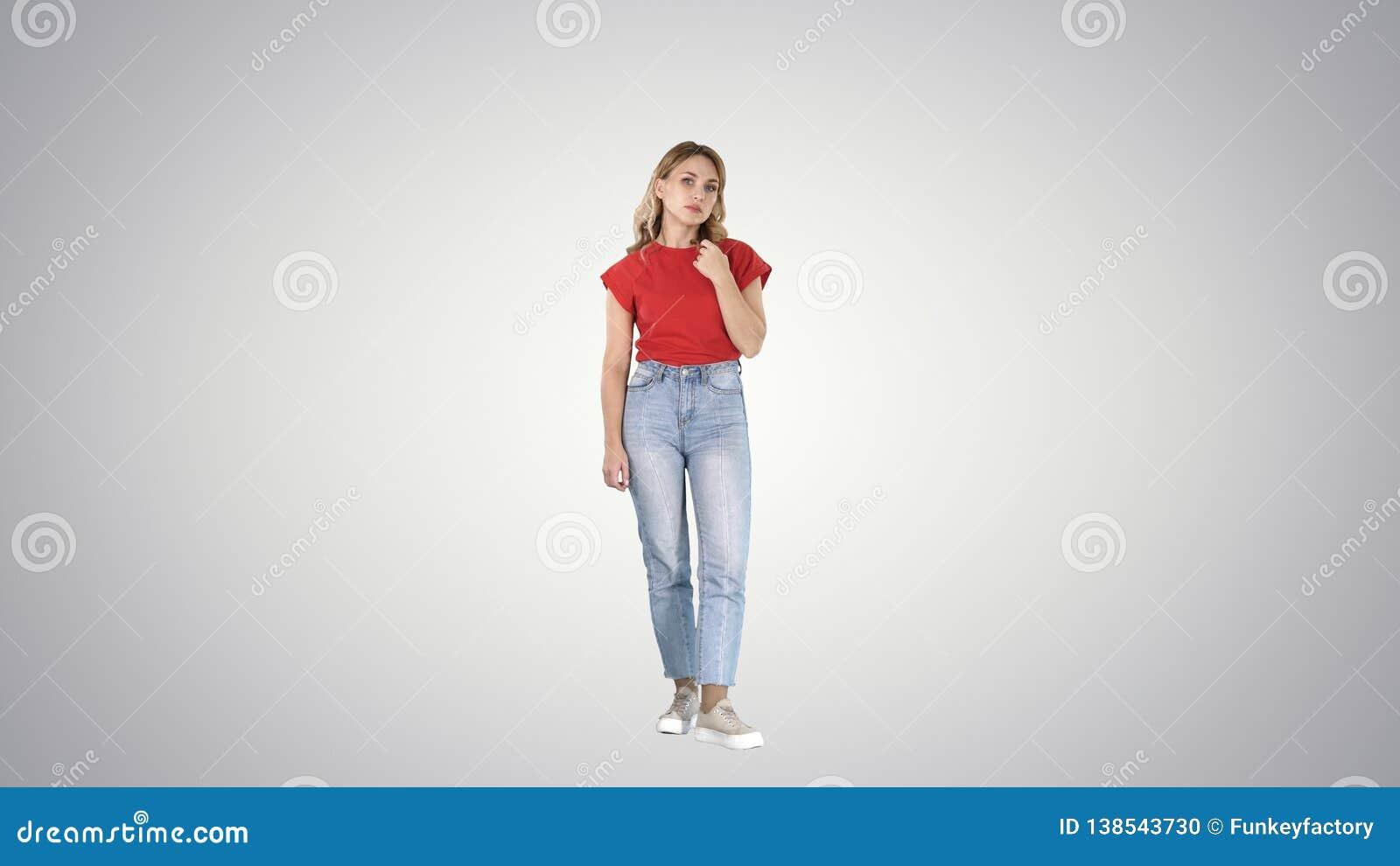 Giovane donna infelice e premurosa in casuale sul fondo di pendenza