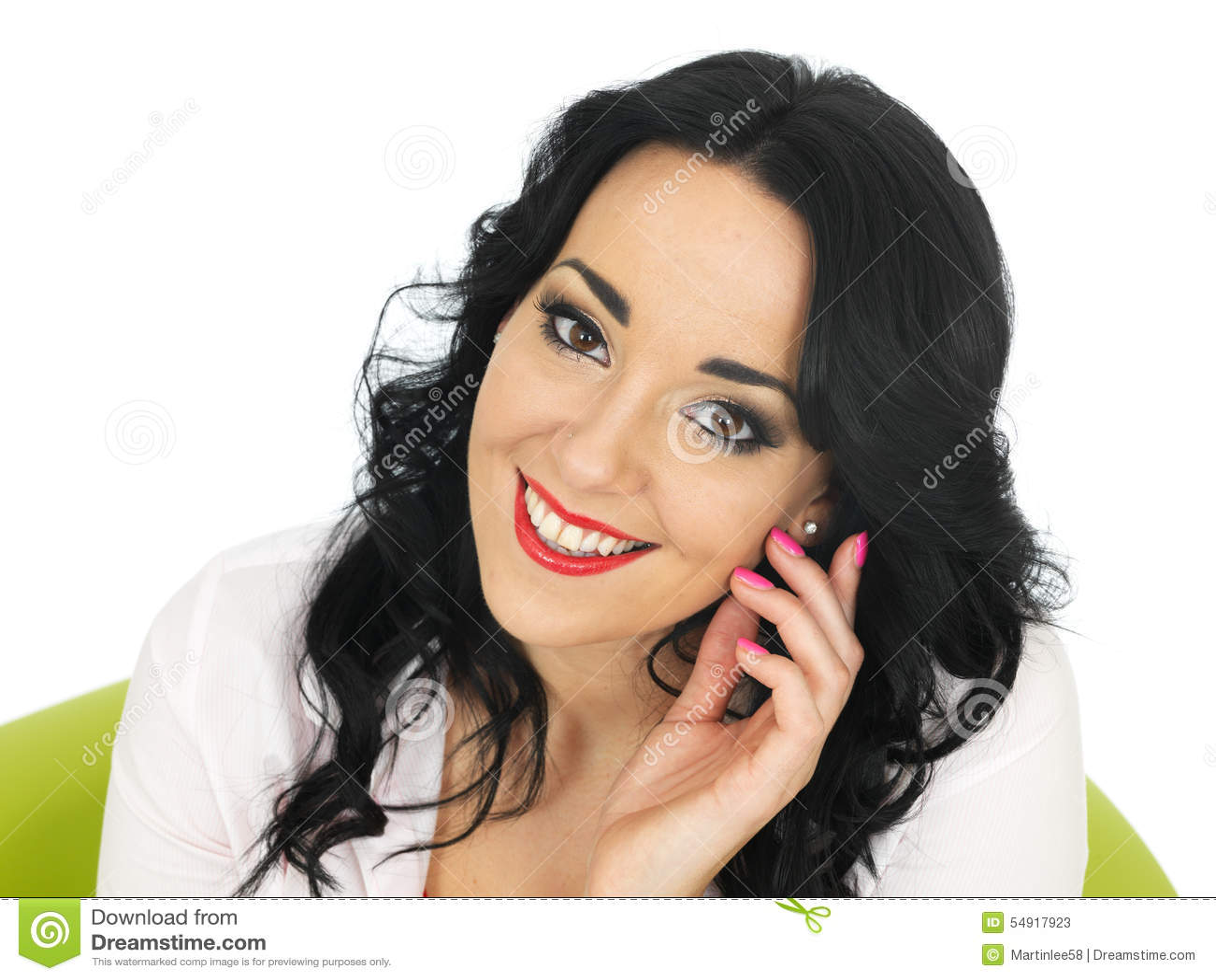 Giovane donna ispana attraente premurosa contenta rilassata felice