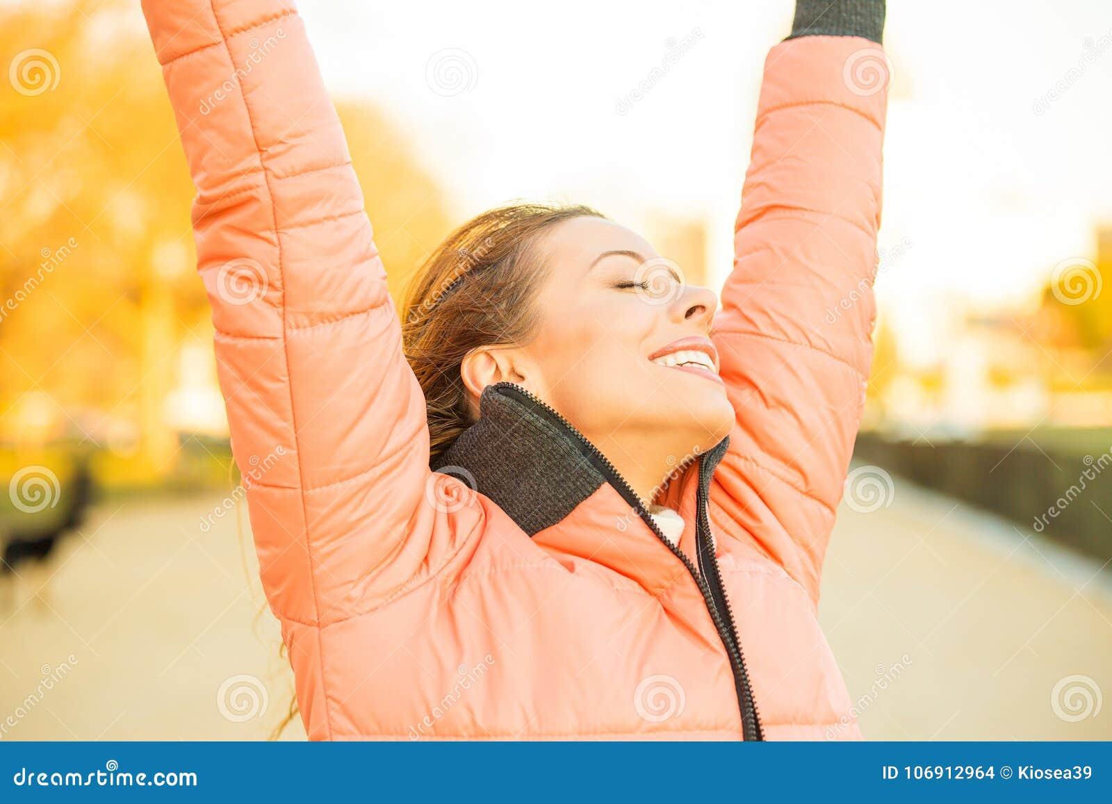 Giovane donna libera felice fuori