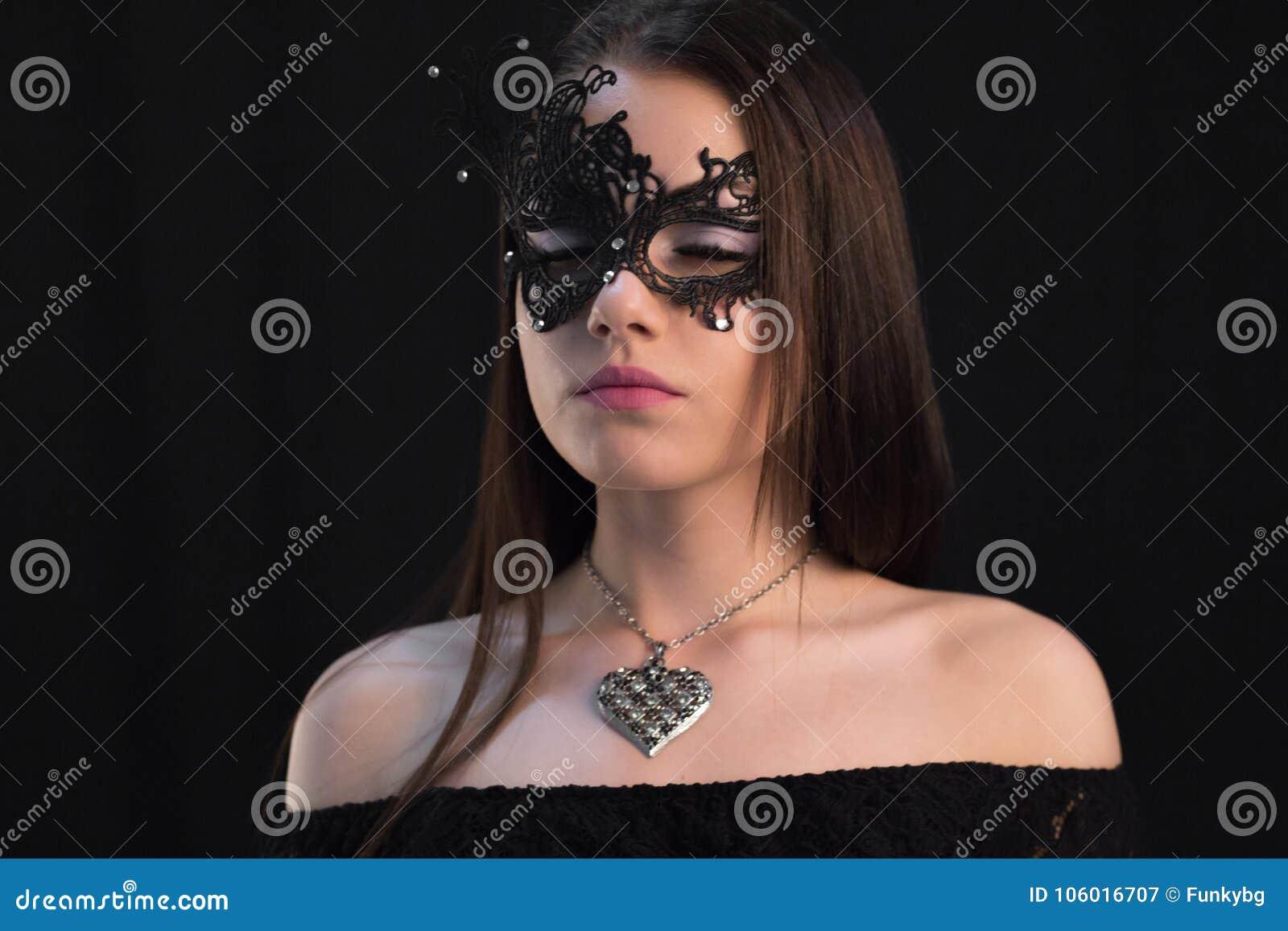 Giovane donna mistica che posa nella maschera