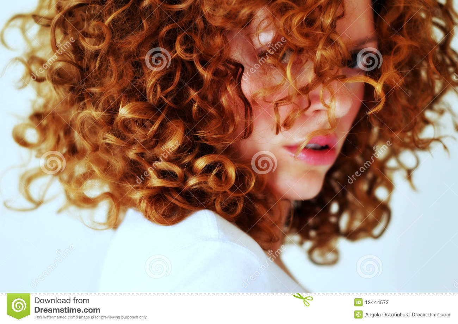 Giovane donna mixed feroce con capelli rossi ricci