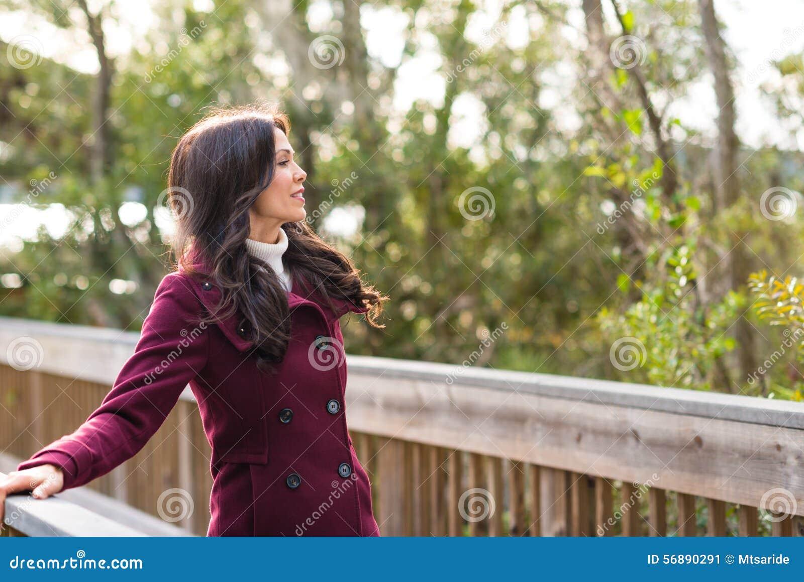 Giovane donna nell ambiente naturale