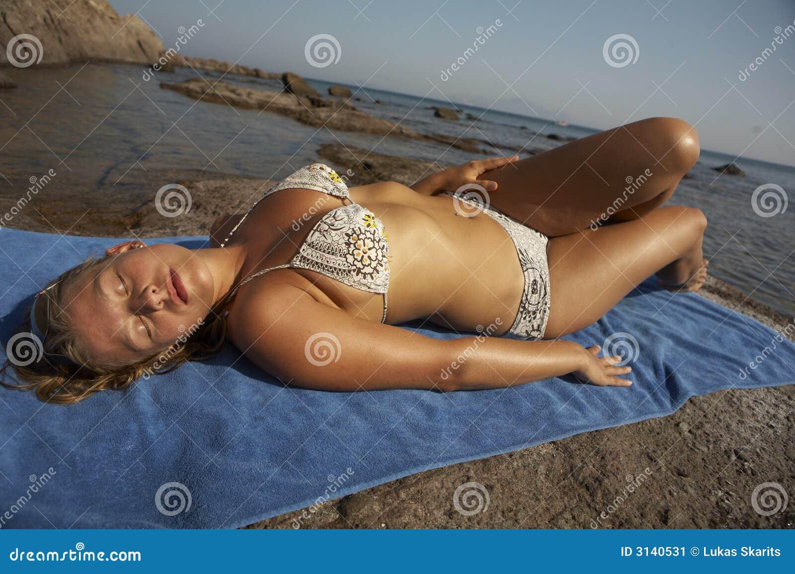 Giovane donna nella menzogne del bikini