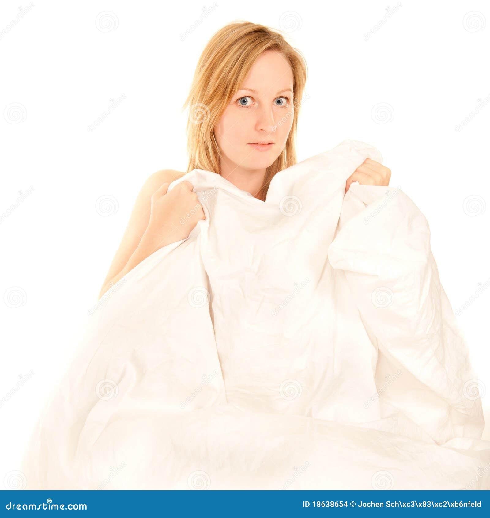 Giovane donna nuda che si nasconde dietro le coperte da - Coperte da letto ...