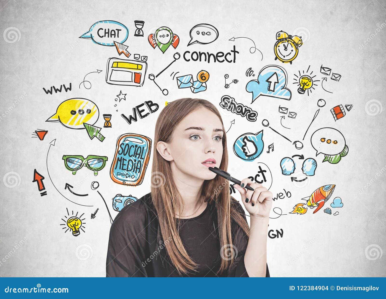Giovane donna pensierosa con la penna, media sociali