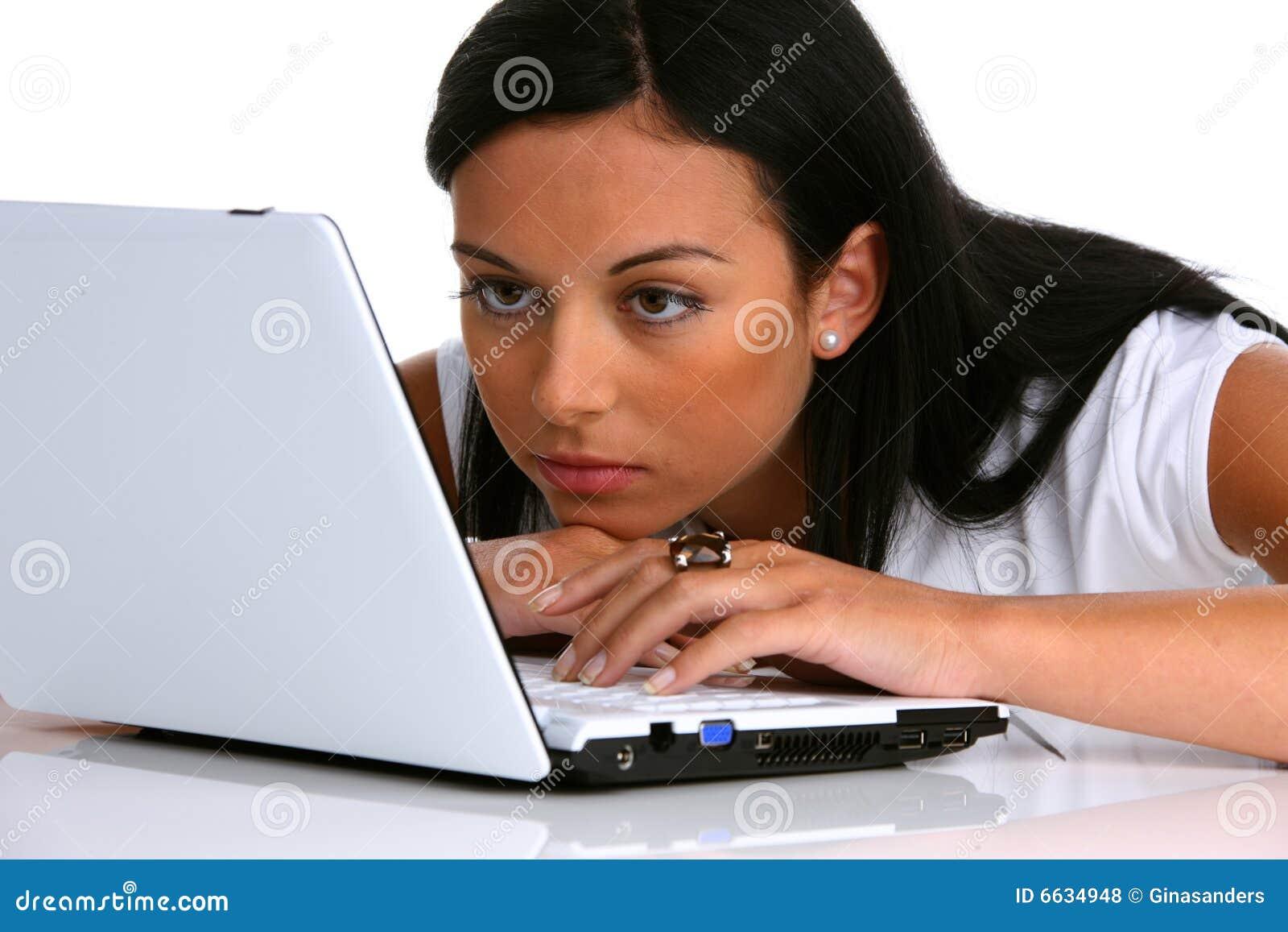 Giovane donna Pensive con un computer portatile