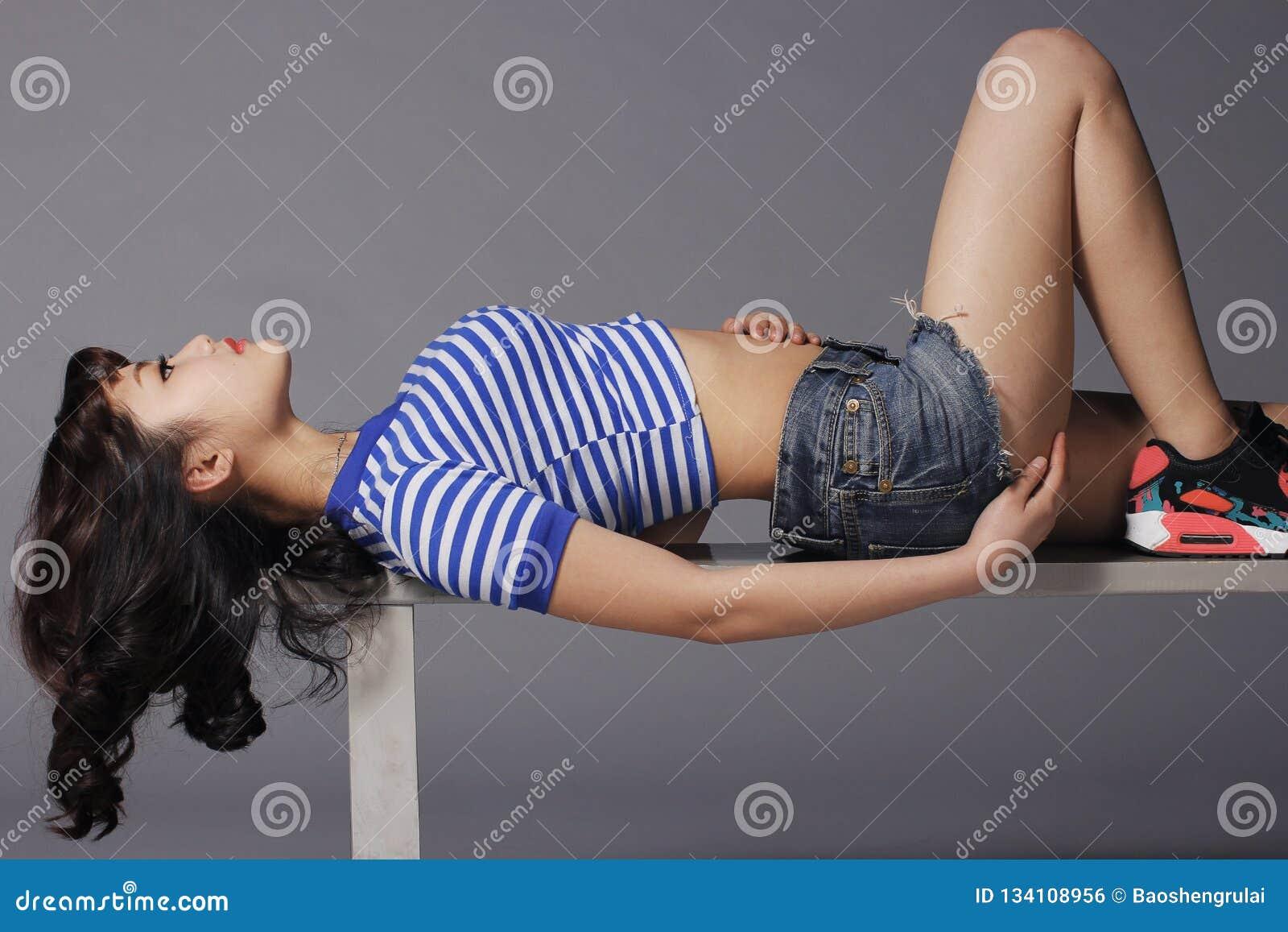 Giovane donna perfetta del corpo molto