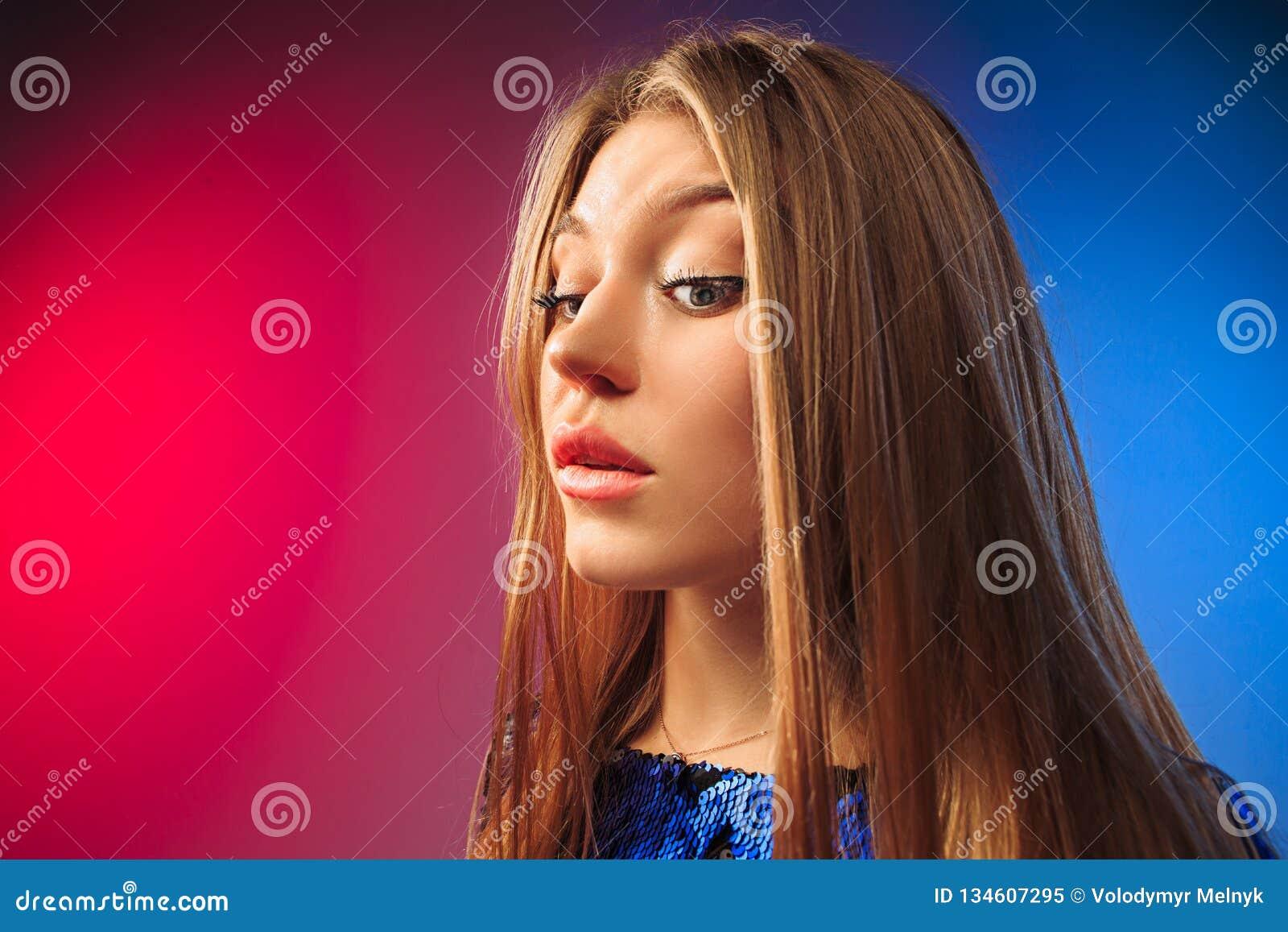 Giovane donna premurosa seria Concetto di dubbio