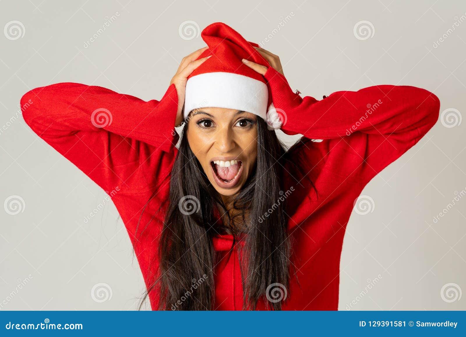 Giovane donna preoccupata in cappello del Babbo Natale che grida nello sforzo che esaurisce tempo per natale