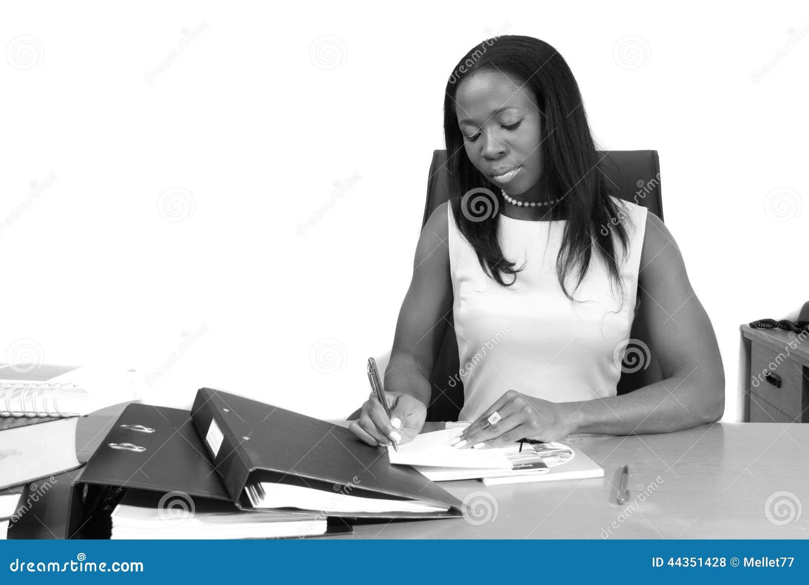 Giovane donna professionale che redige un documento