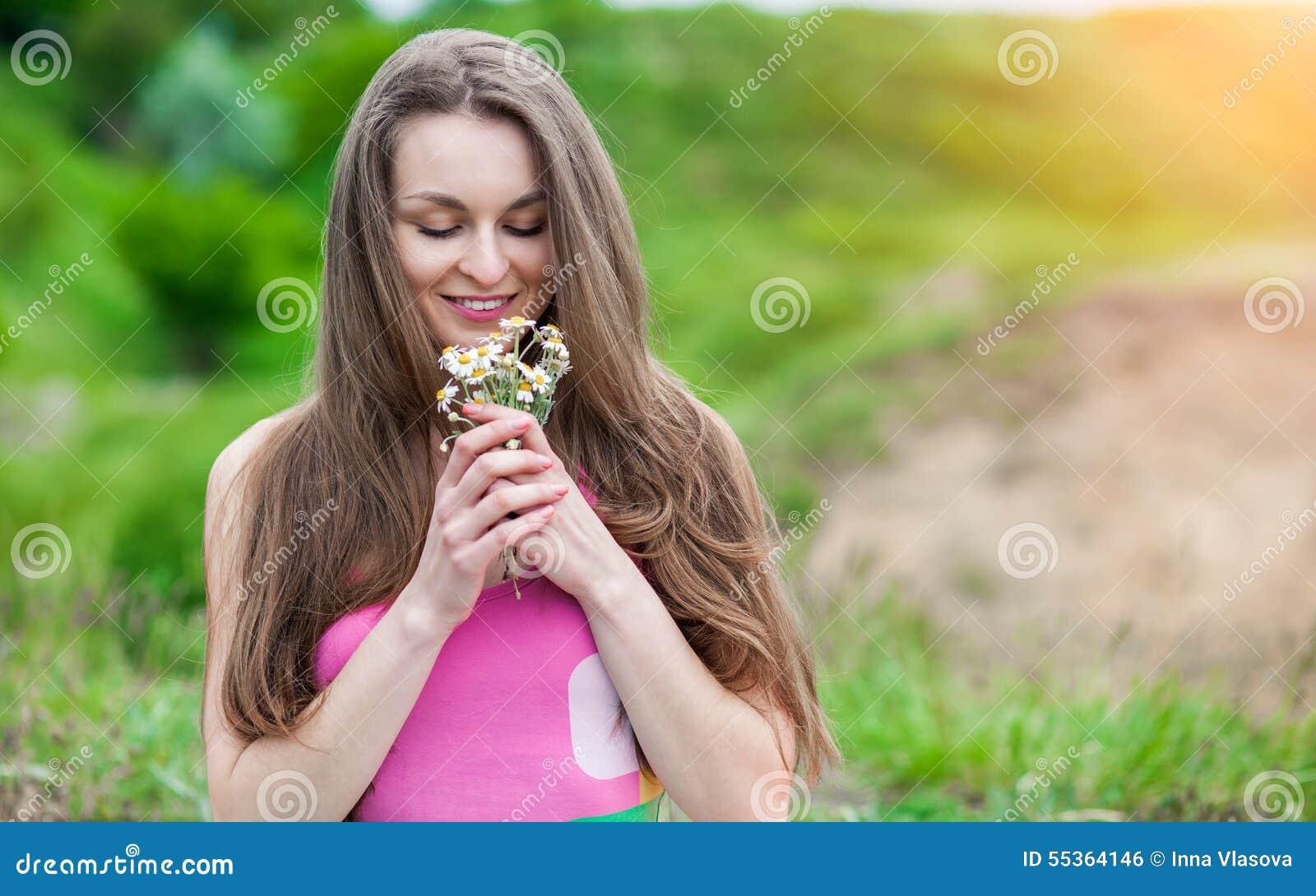 Giovane donna romantica all aperto ad un giorno di estate