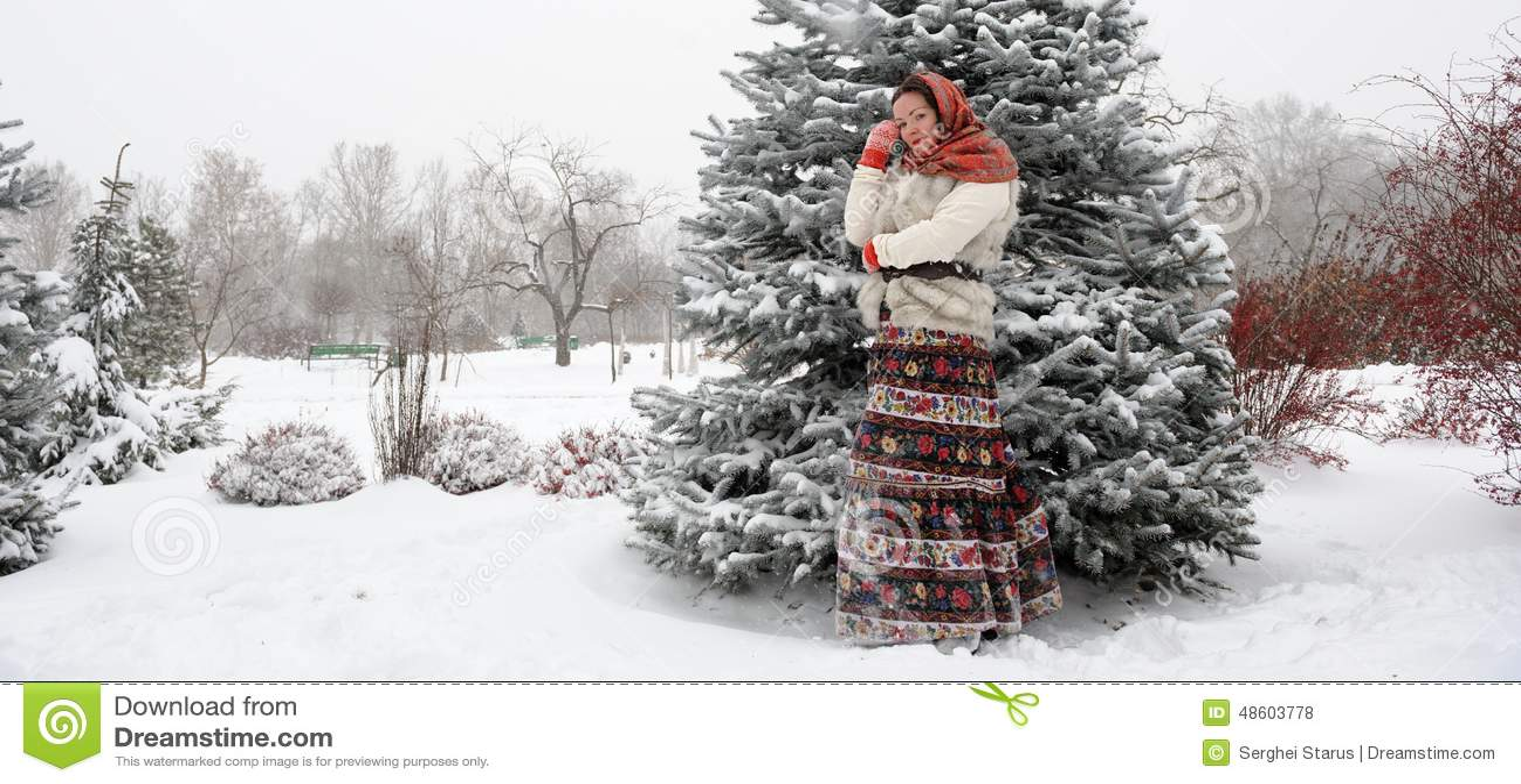 Giovane donna russa nel parco di inverno