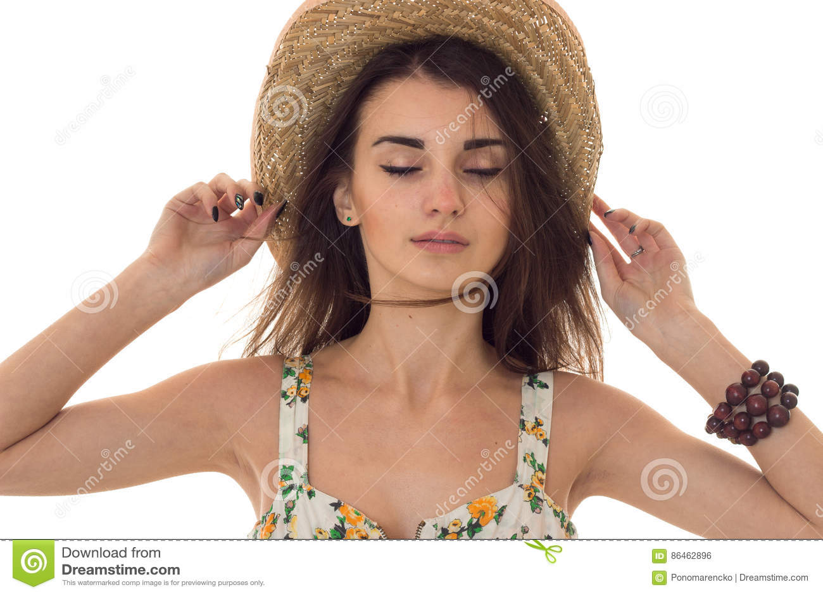 Giovane donna sensuale con gli occhi chiusi che posano con il cappello di  paglia isolato su bianco 3503dcf9065b