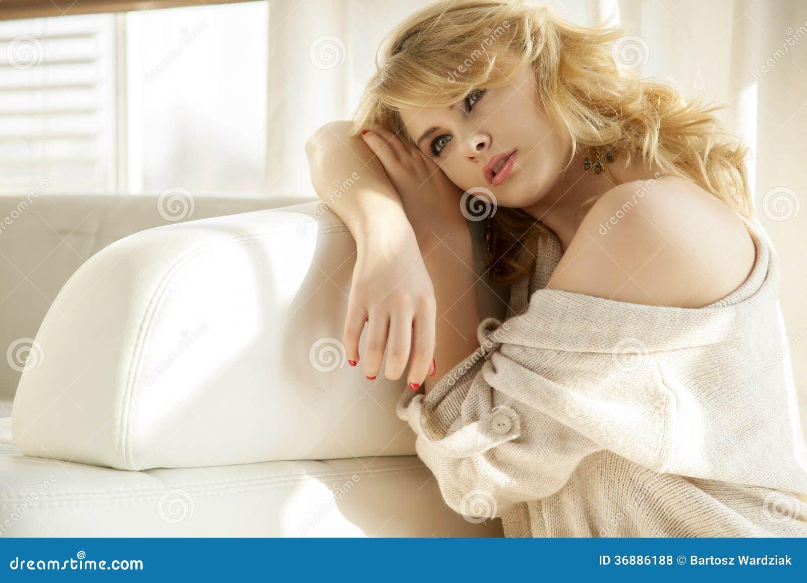 Download Giovane Donna Sexy Esile In Maglione Sulla Finestra Fotografia Stock - Immagine di people, umano: 36886188