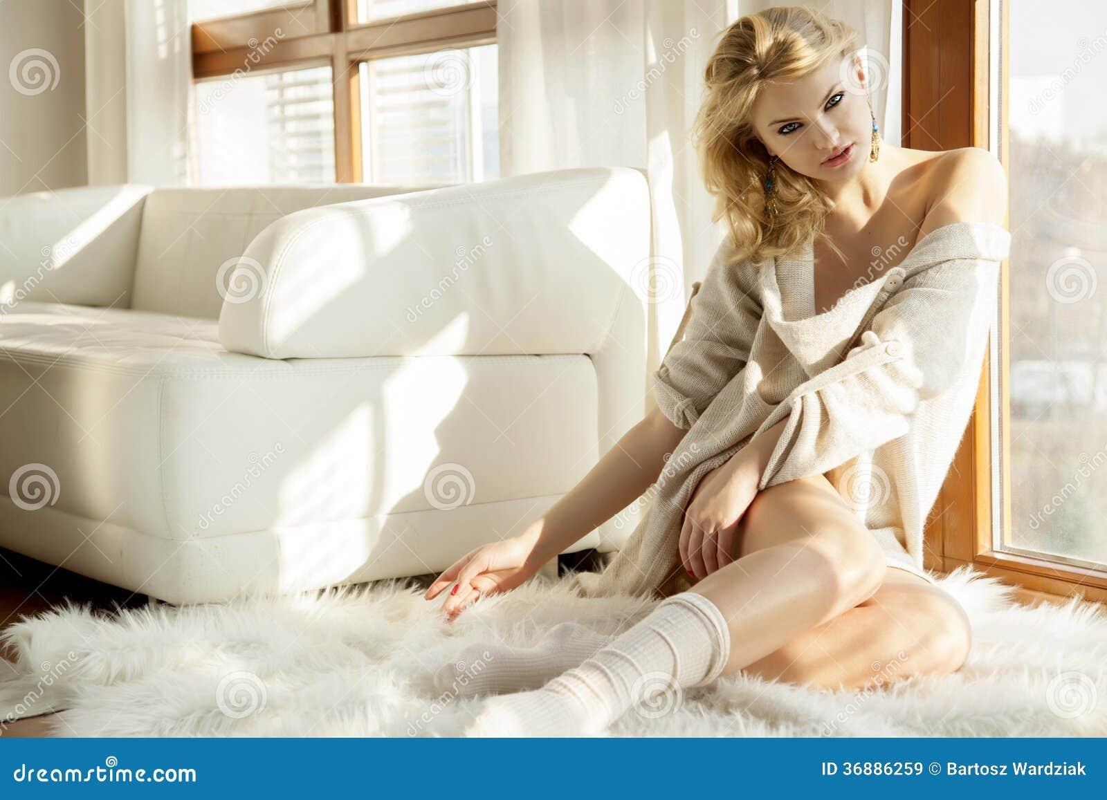 Download Giovane Donna Sexy Esile In Maglione Sulla Finestra Immagine Stock - Immagine di ragazza, interno: 36886259