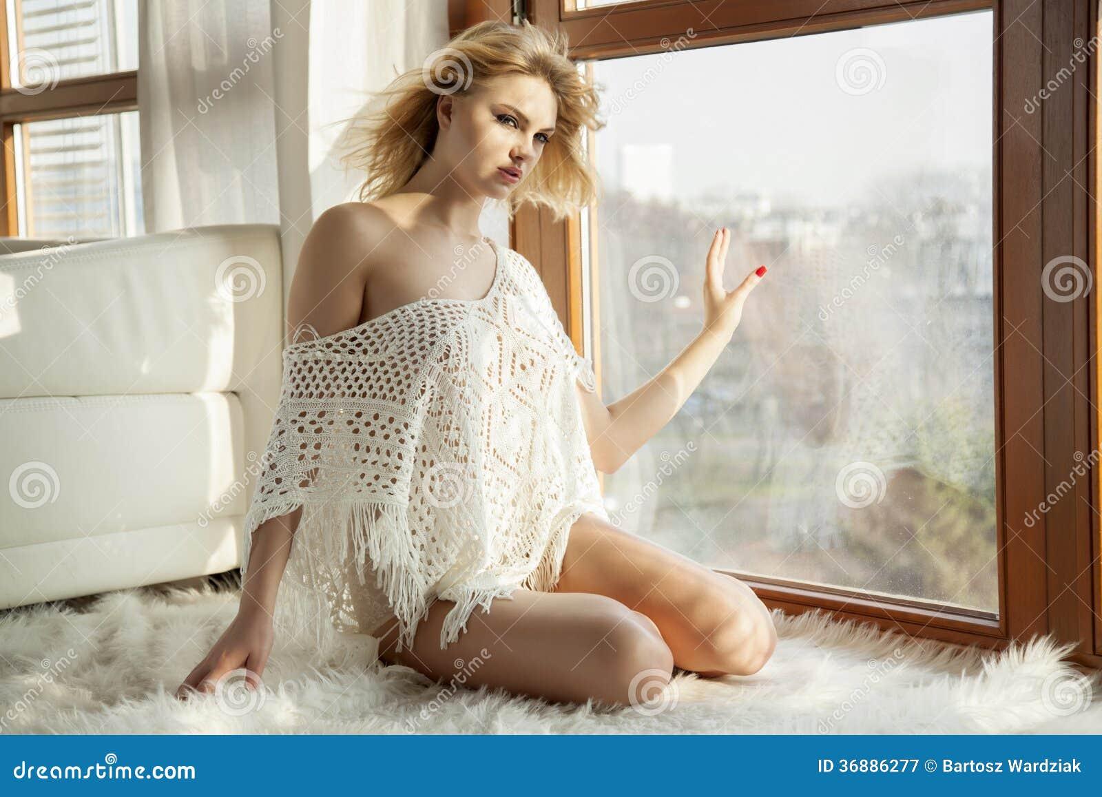 Download Giovane Donna Sexy Esile In Maglione Sulla Finestra Immagine Stock - Immagine di naughty, erotic: 36886277