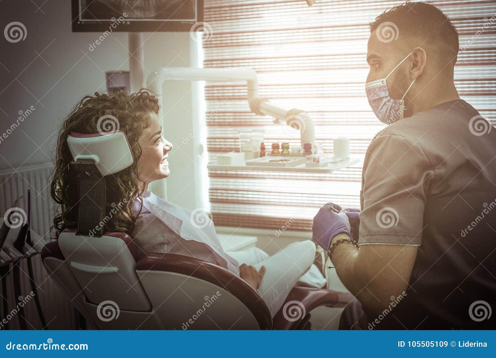 Giovane donna sorridente all esame del dentista