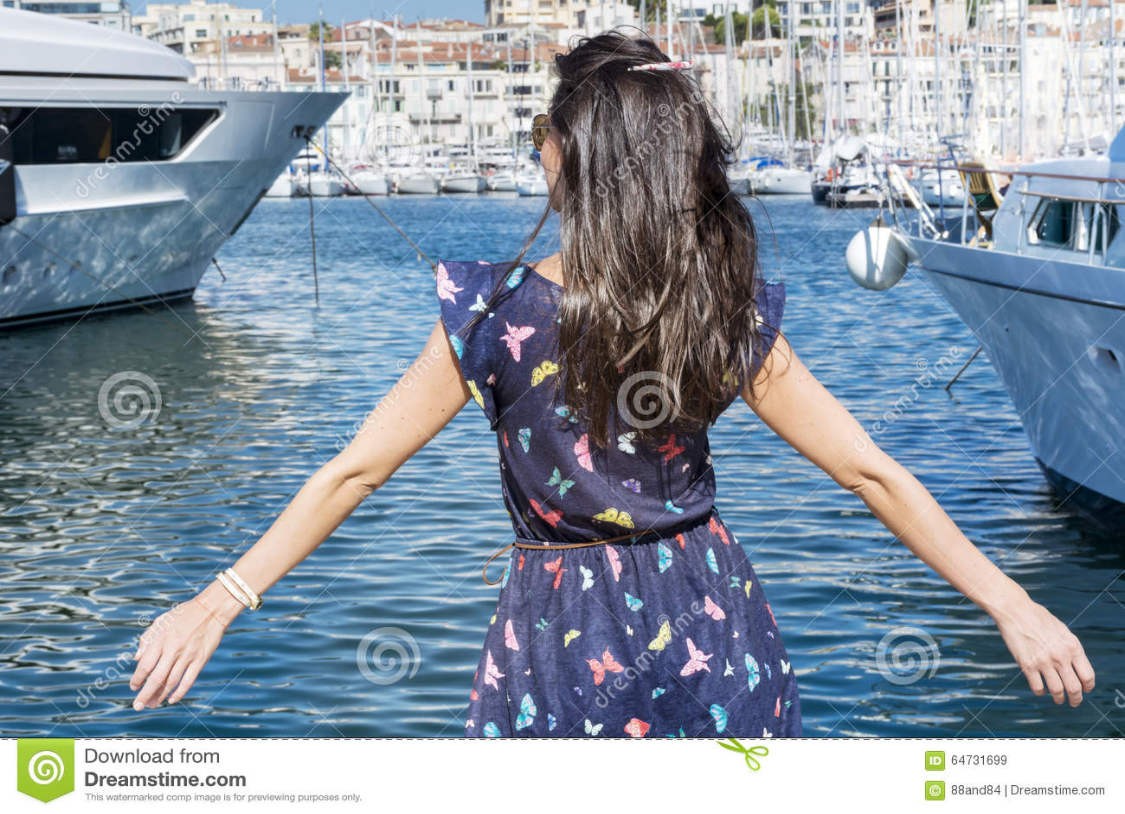 Giovane donna sorridente che gode della vista del mare a Cannes Francia