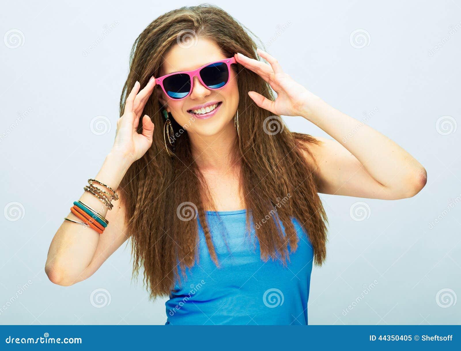 Giovane donna sorridente con capelli lunghi che posano nello studio con la s rosa