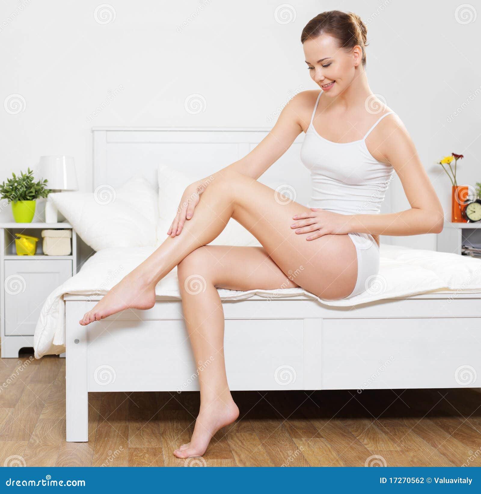 Giovane donna sorridente felice con i bei piedini