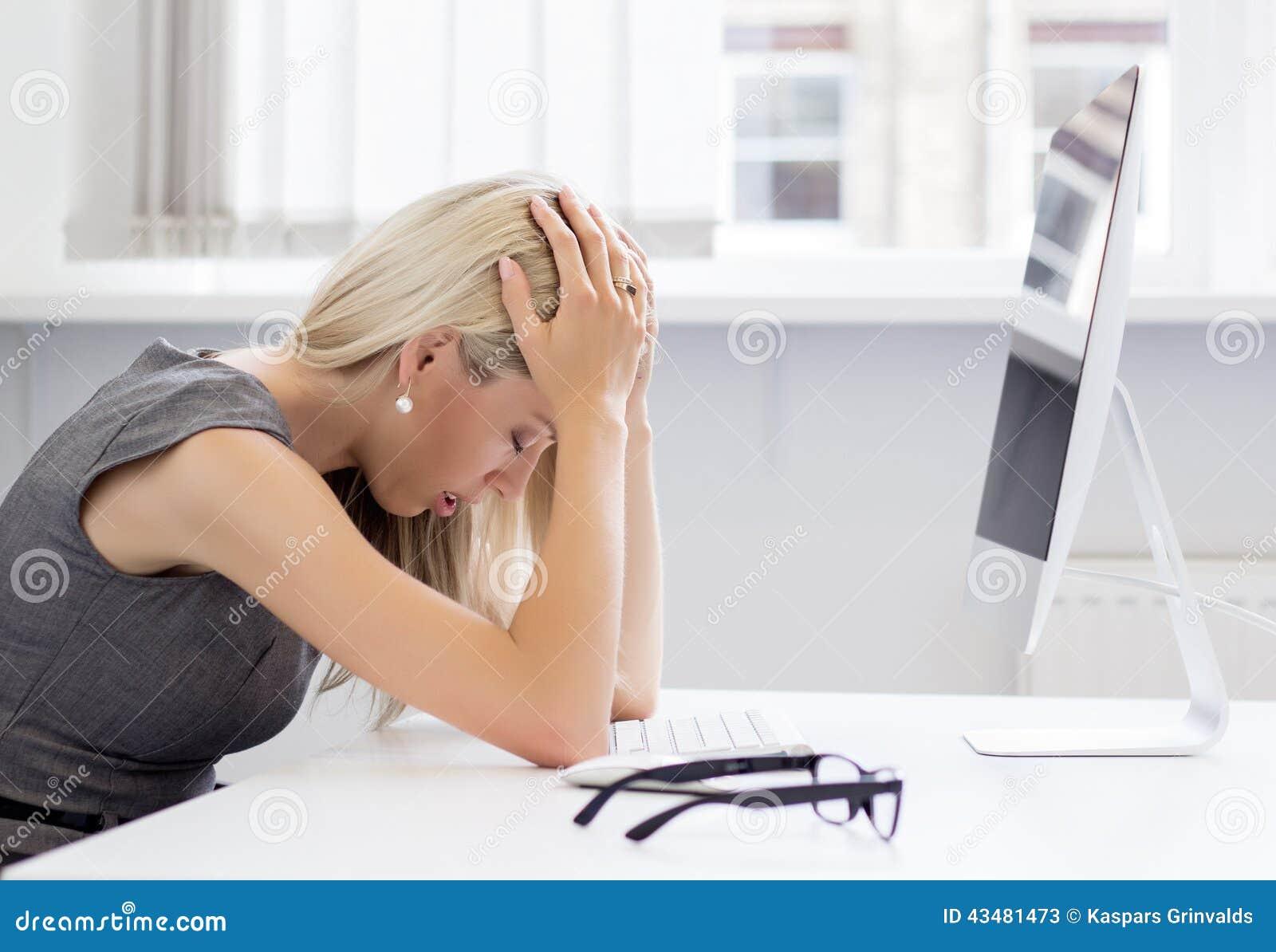 Giovane donna sovraccarica e frustrata davanti al computer