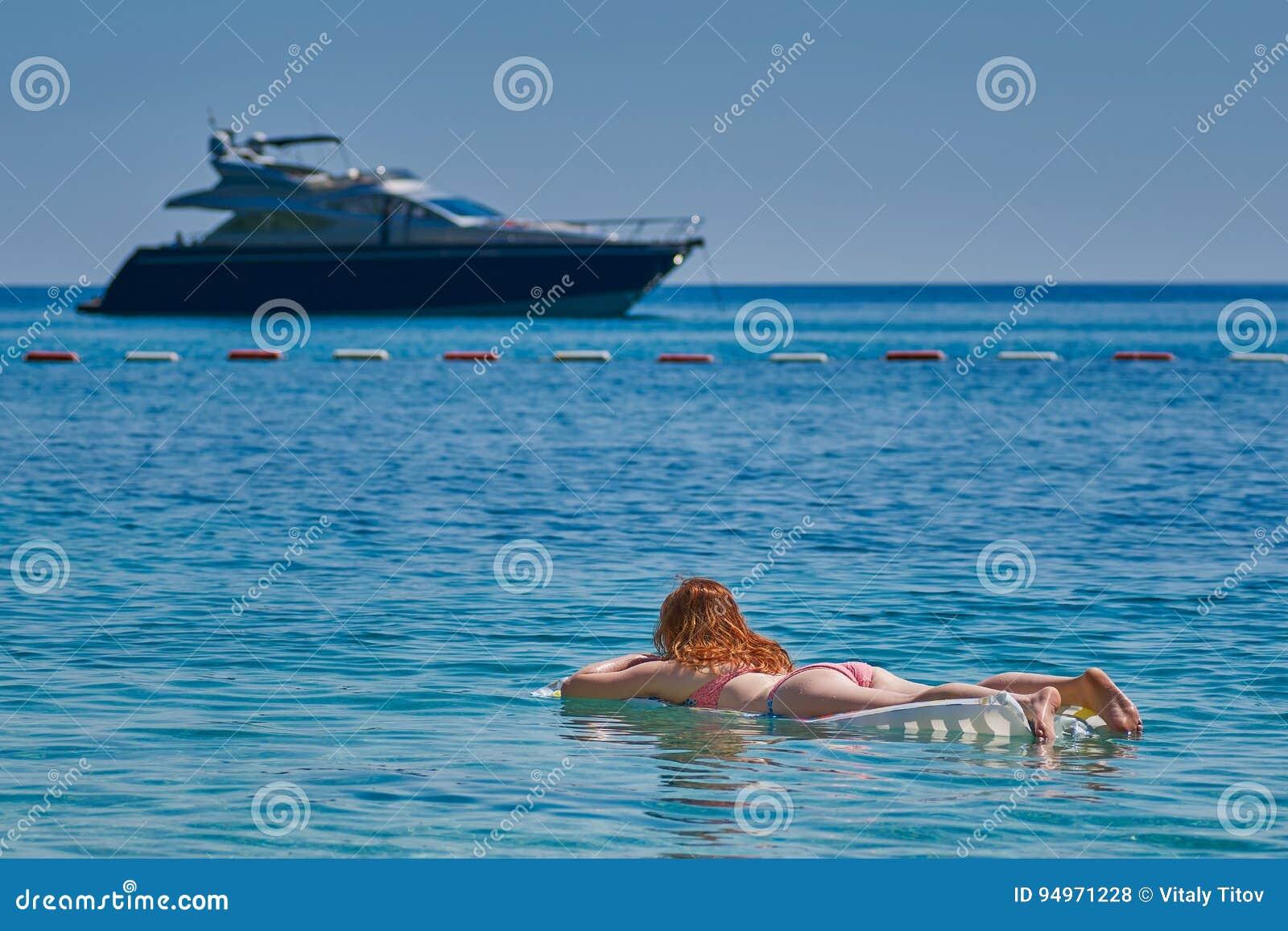 Materassi Gonfiabili Per Mare.Giovane Donna Sul Materasso Gonfiabile In Mare Fotografia