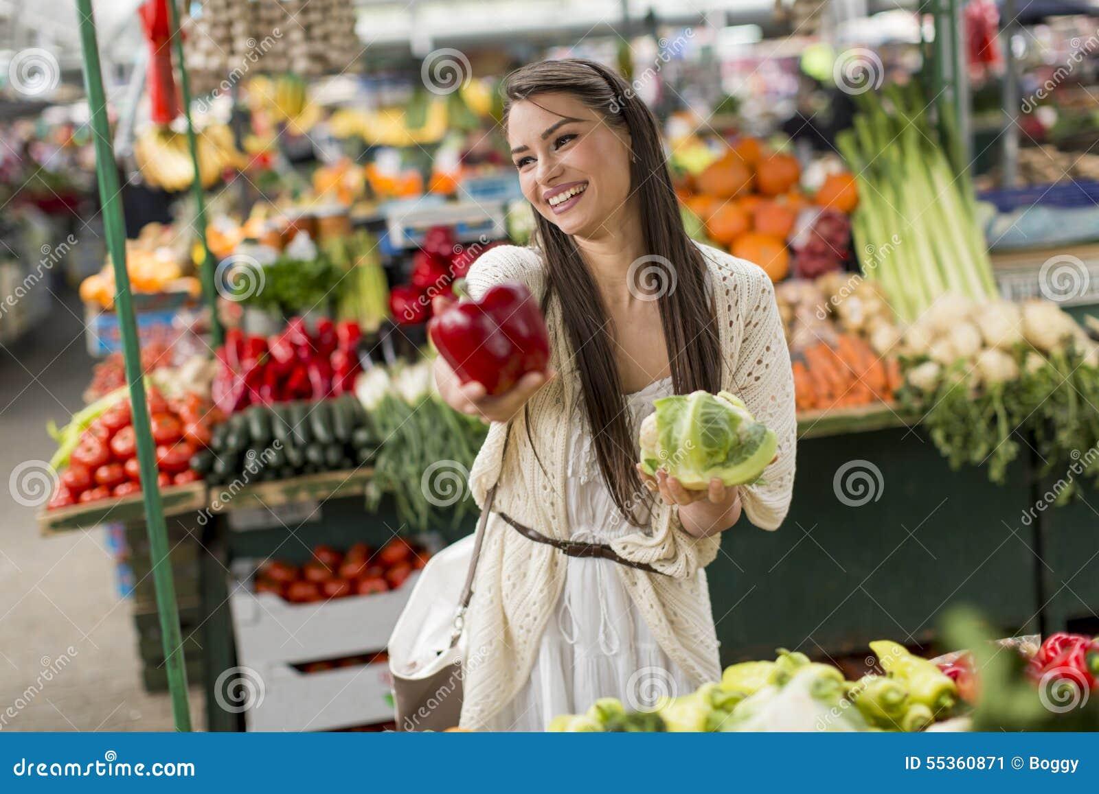Giovane donna sul mercato