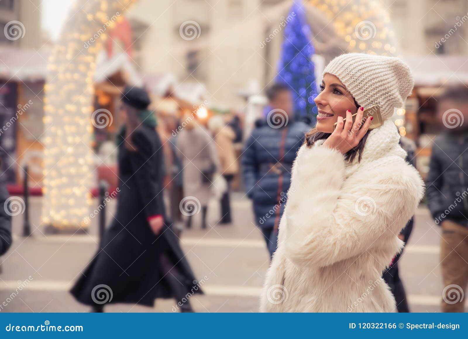 Giovane donna sul mercato di natale