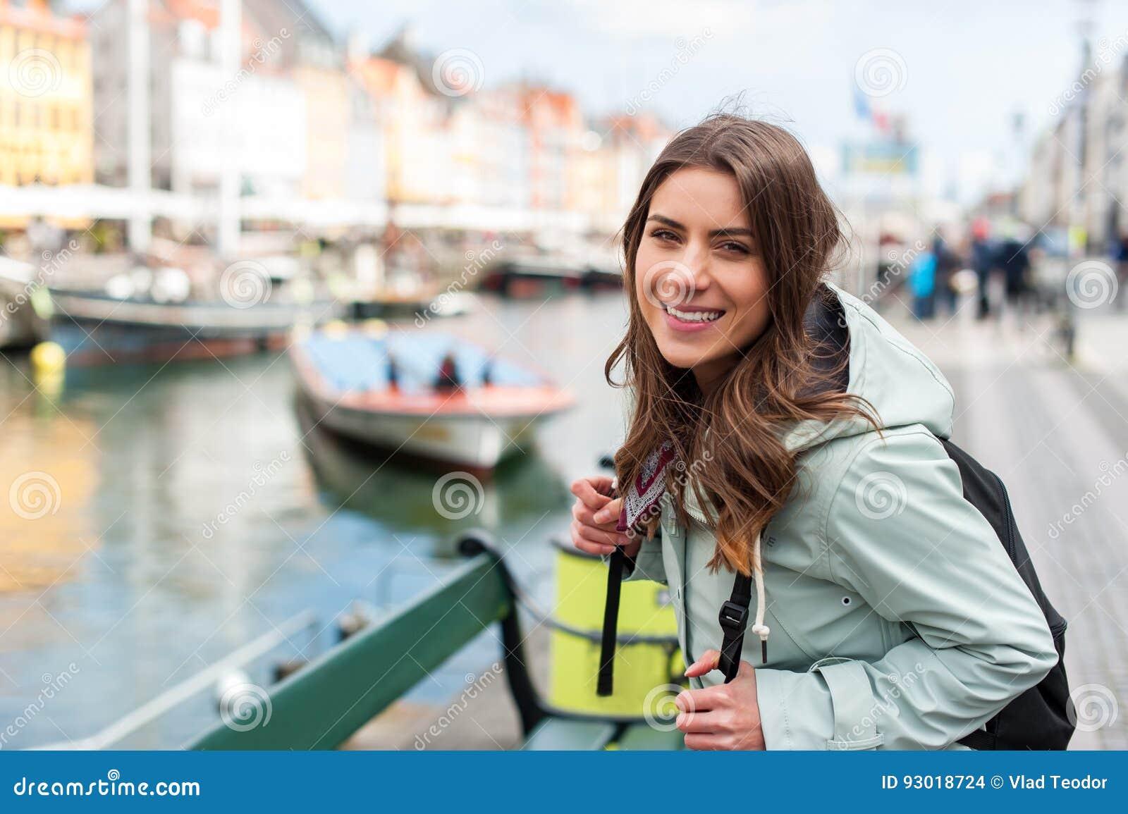 Giovane donna turistica che visita la Scandinavia