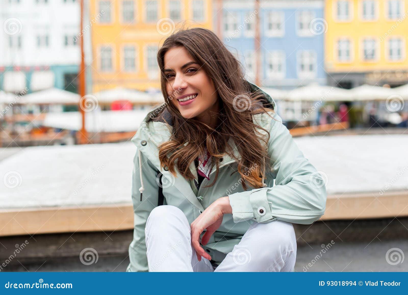 Giovane donna turistica felice con lo zaino a Copenhaghen