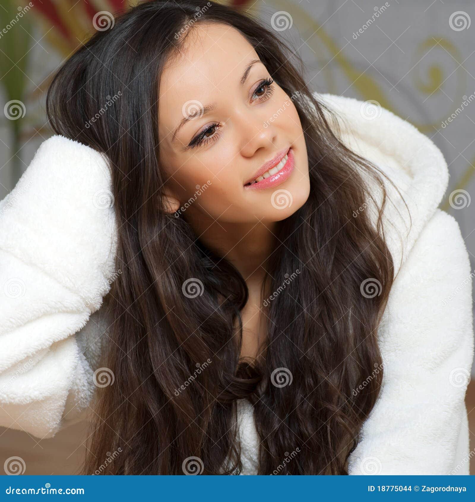 Giovane donna in un abito bianco