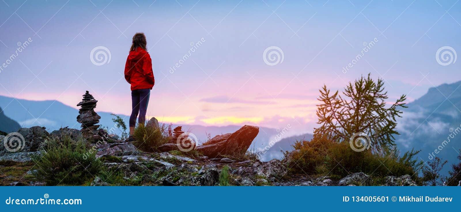 Giovane donna vicino ai cairn
