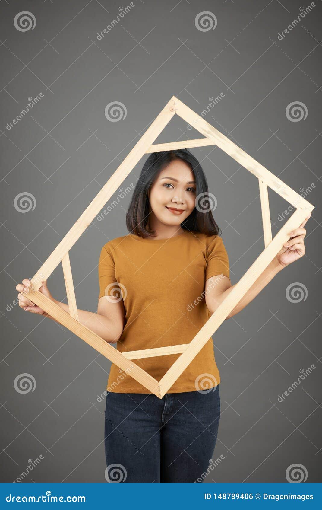 Giovane donna vietnamita graziosa con la struttura