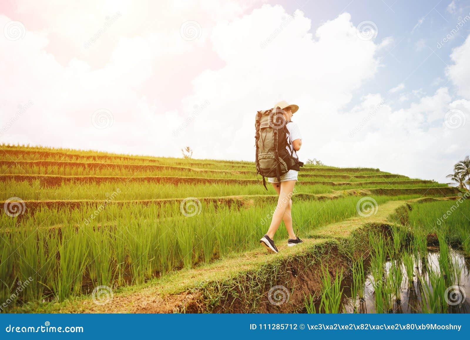 Giovane e ragazza bella con lo zaino che viaggia fra i terrazzi del riso