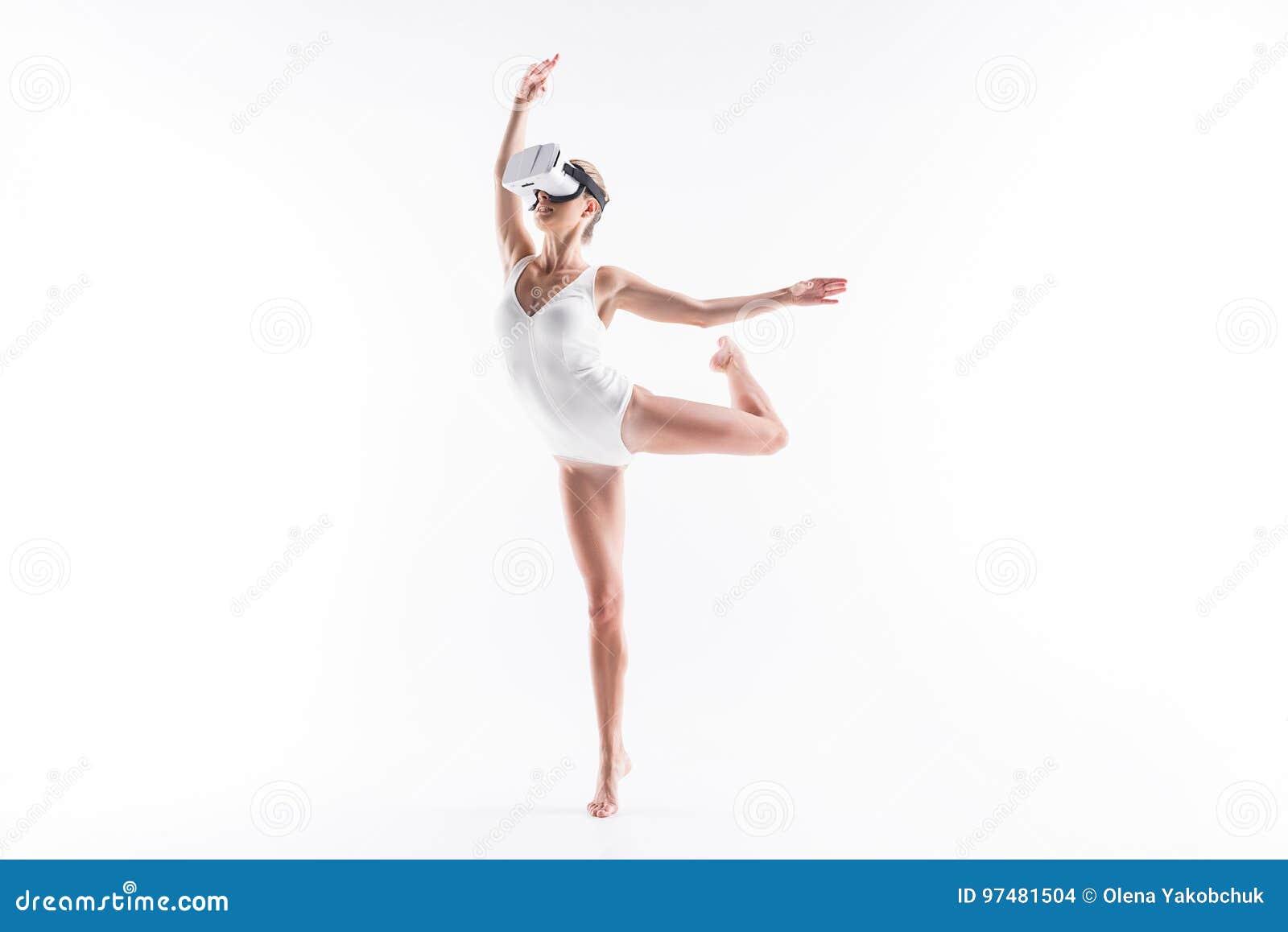 Giovane elemento sportivo teso di coreografia di addestramento della donna facendo uso degli occhiali di protezione