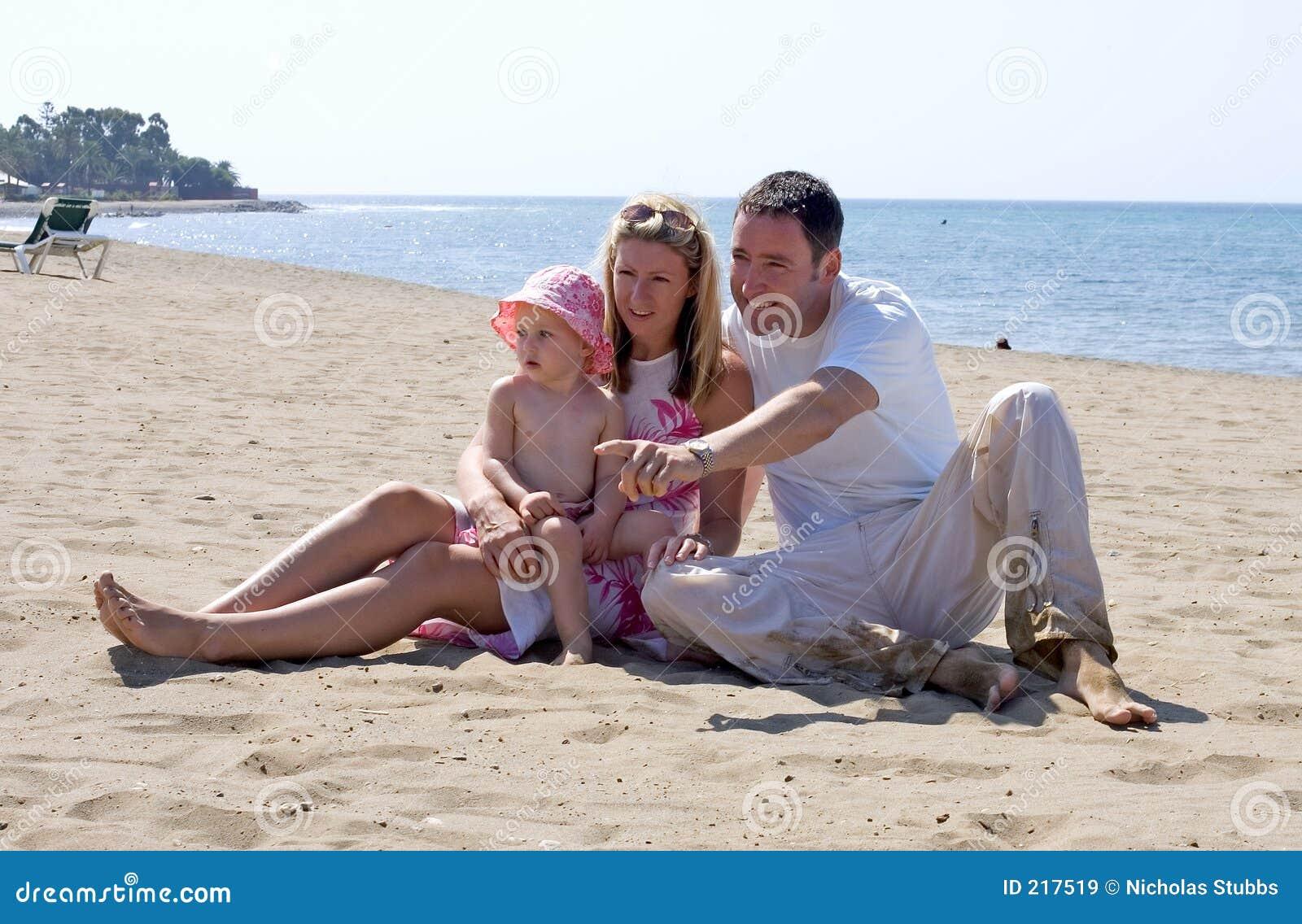 Giovane famiglia attraente sulla vacanza in Spagna