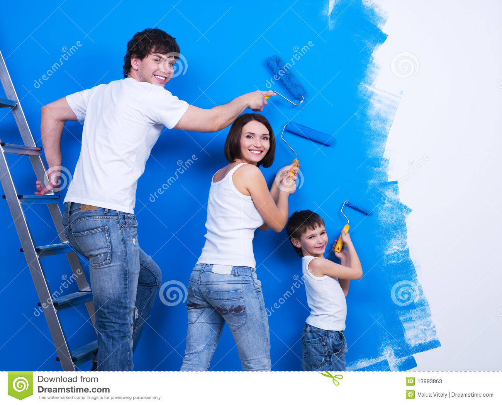 Giovane famiglia che vernicia la parete immagine stock for Famiglia parete