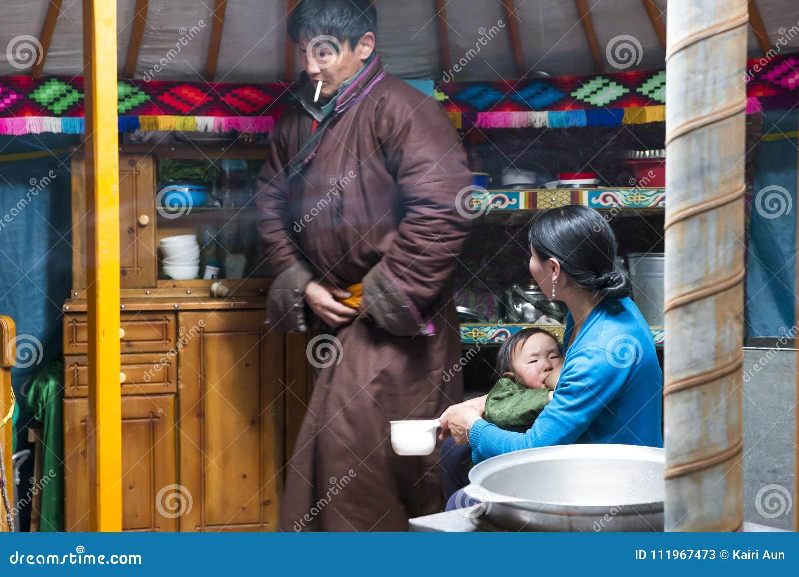Giovane famiglia mongola del nomade nel loro yurt domestico di GER