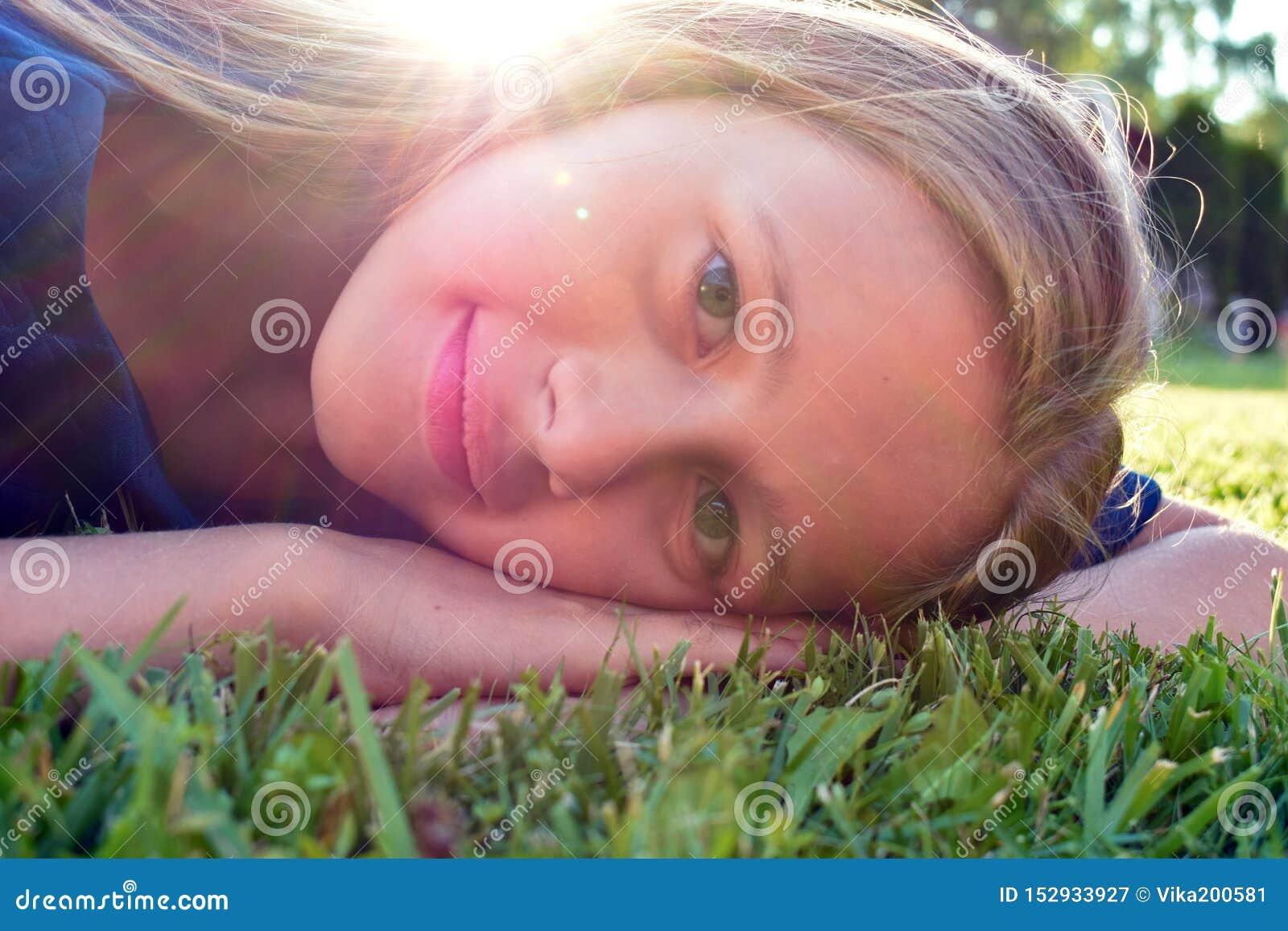 Giovane fronte sorridente della ragazza Il bambino piacevole si rallegra