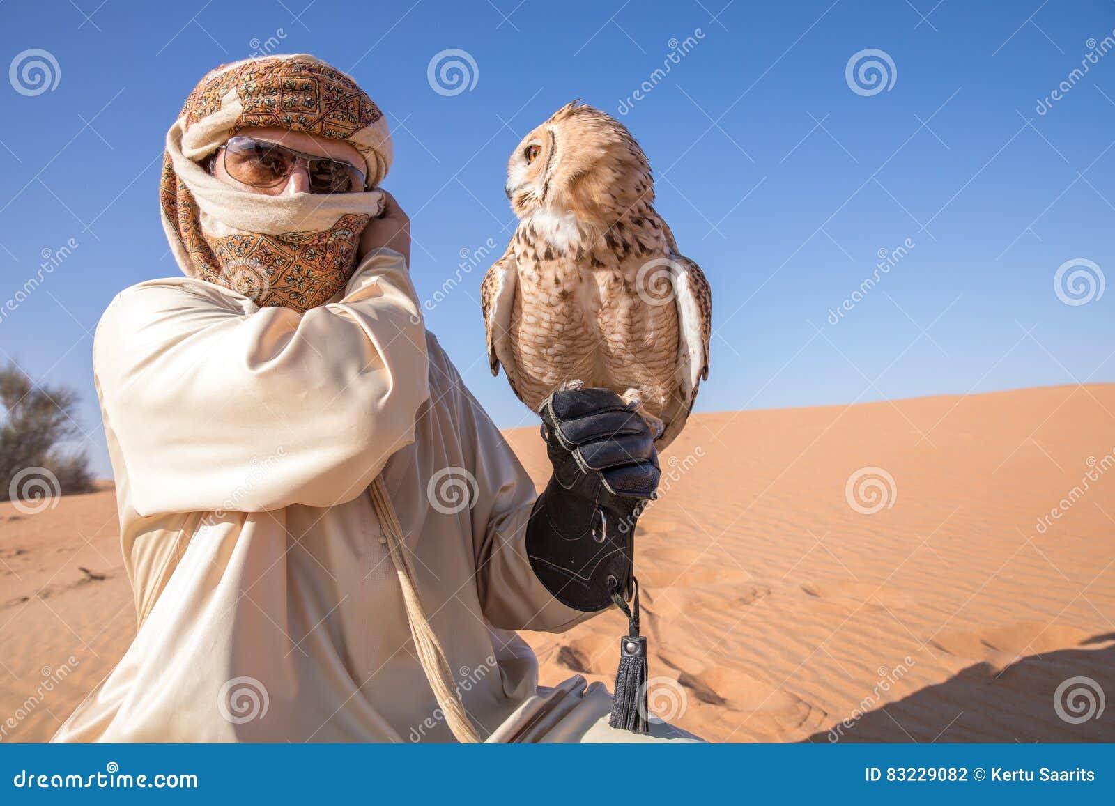 Giovane gufo reale maschio di faraone durante la manifestazione di caccia col falcone del deserto nel Dubai, UAE