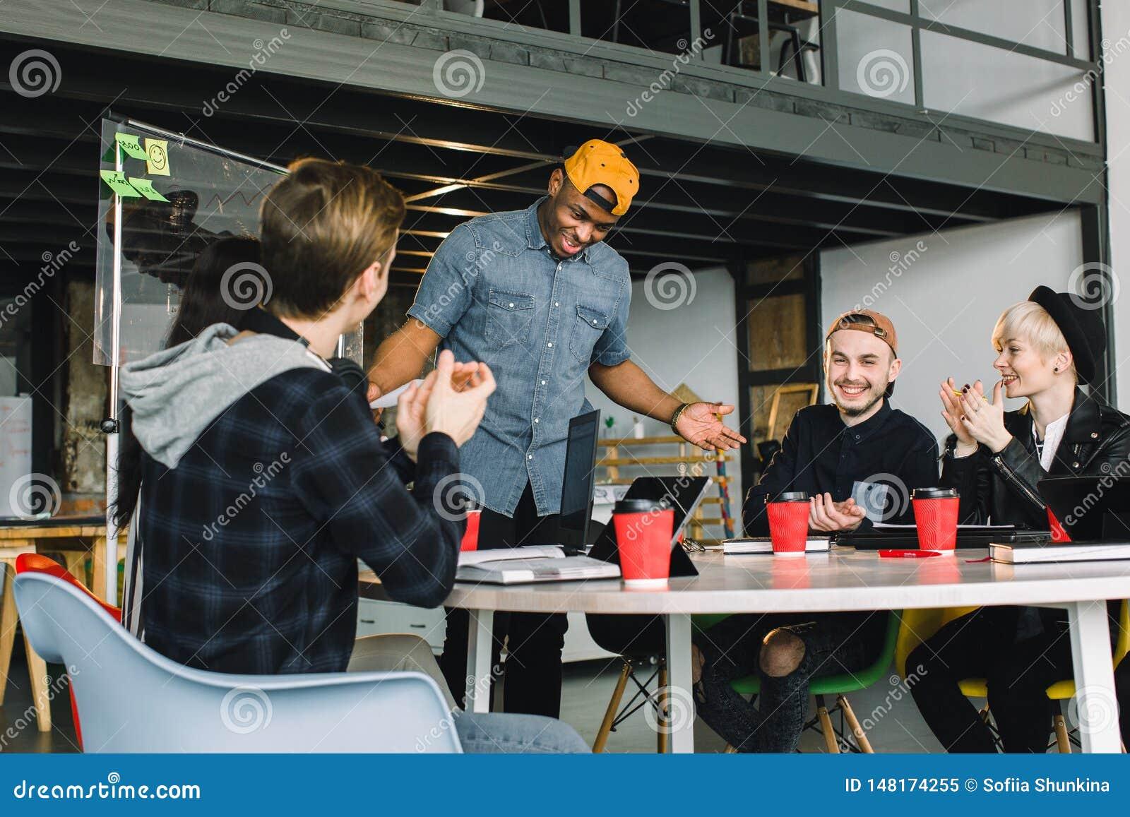 Giovane impresa, giovane gruppo creativo della gente che confronta le idee sulla riunione all interno dell ufficio e sul per mezz