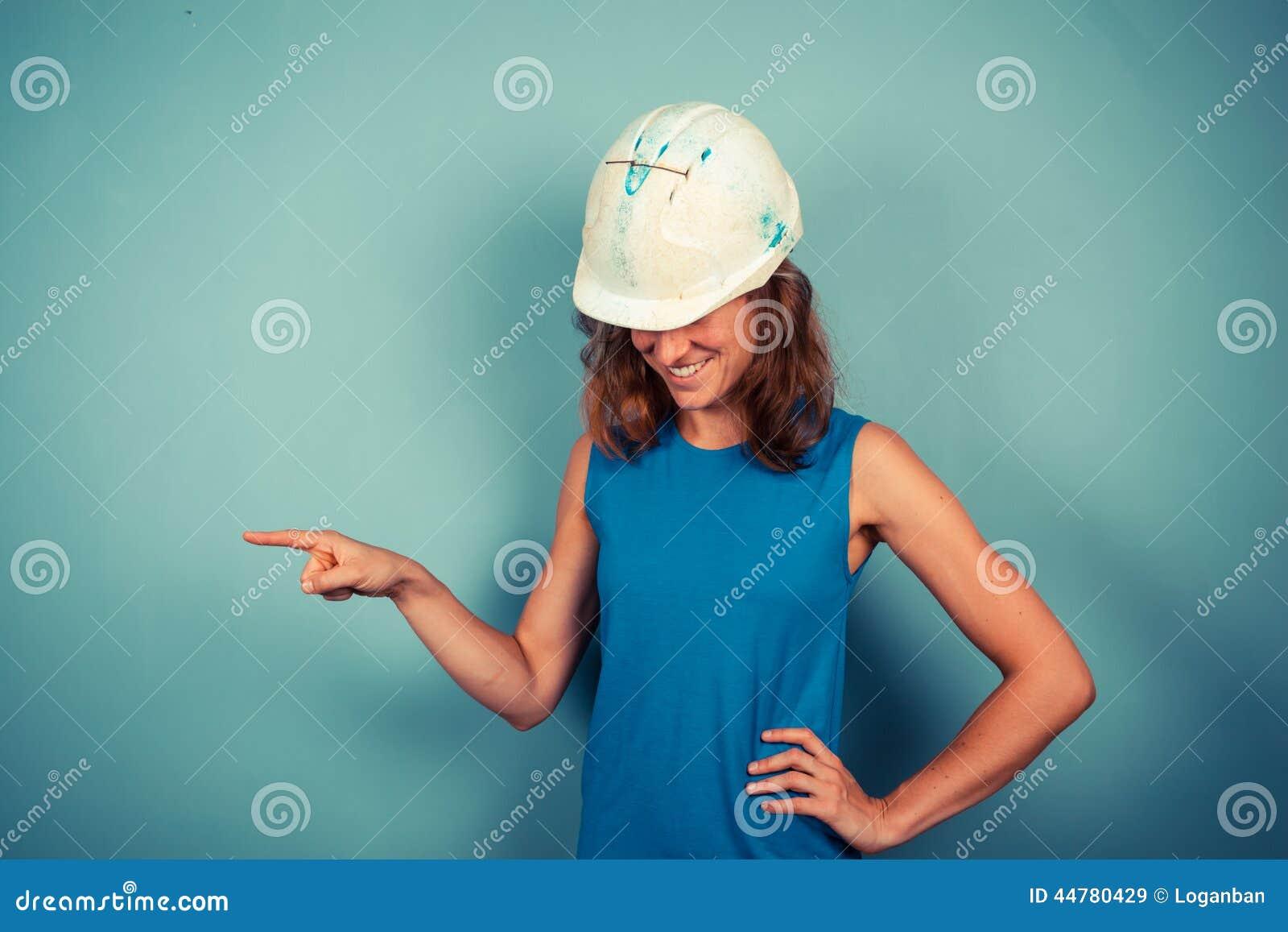 Giovane indicare femminile del costruttore