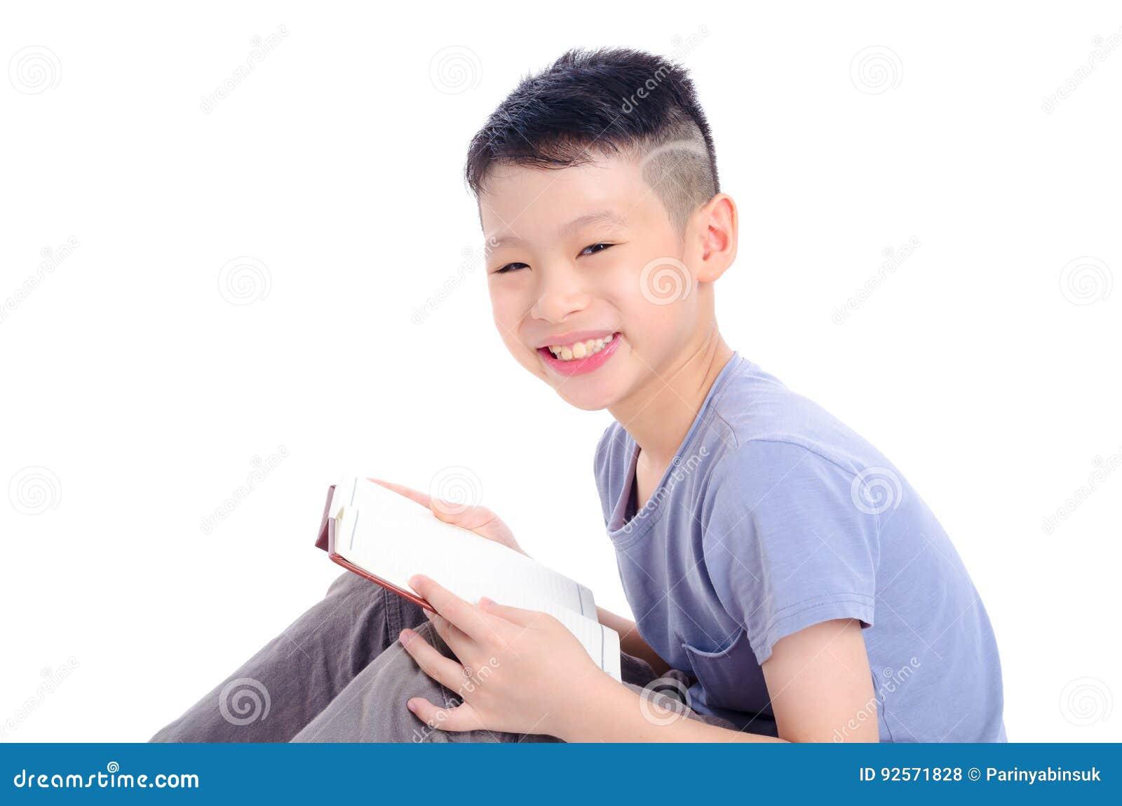 Giovane libro di lettura del ragazzo sopra bianco