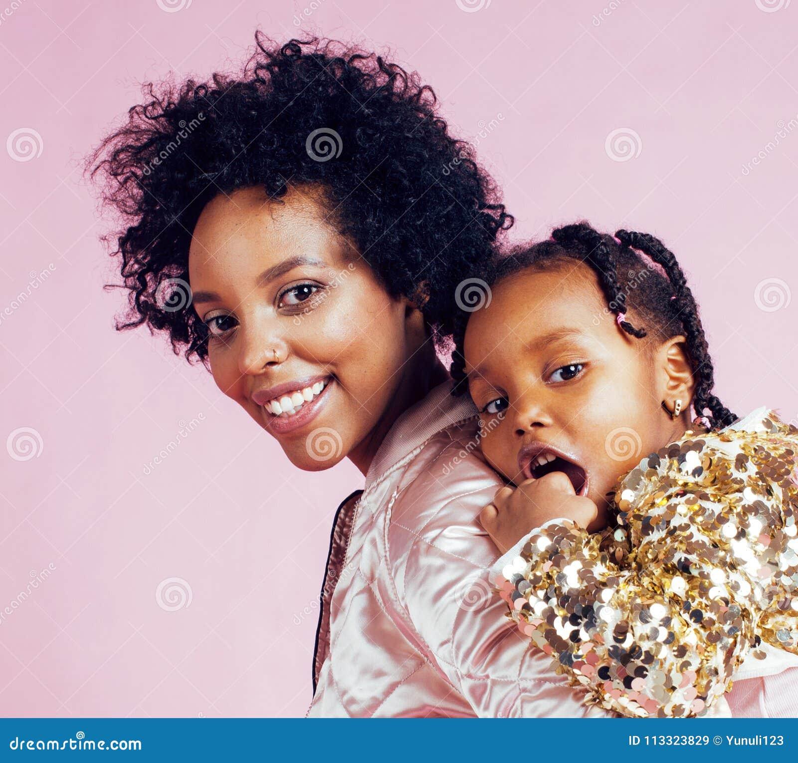 Giovane madre afroamericana graziosa con la piccola figlia sveglia h