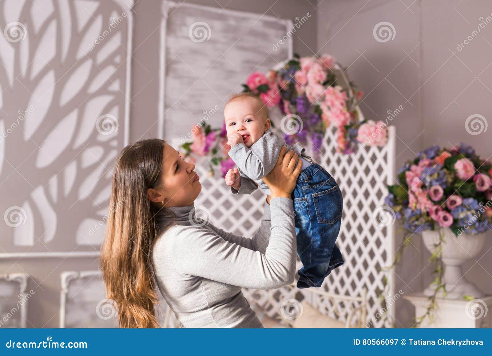 donna che esce con un ragazzo di mamma