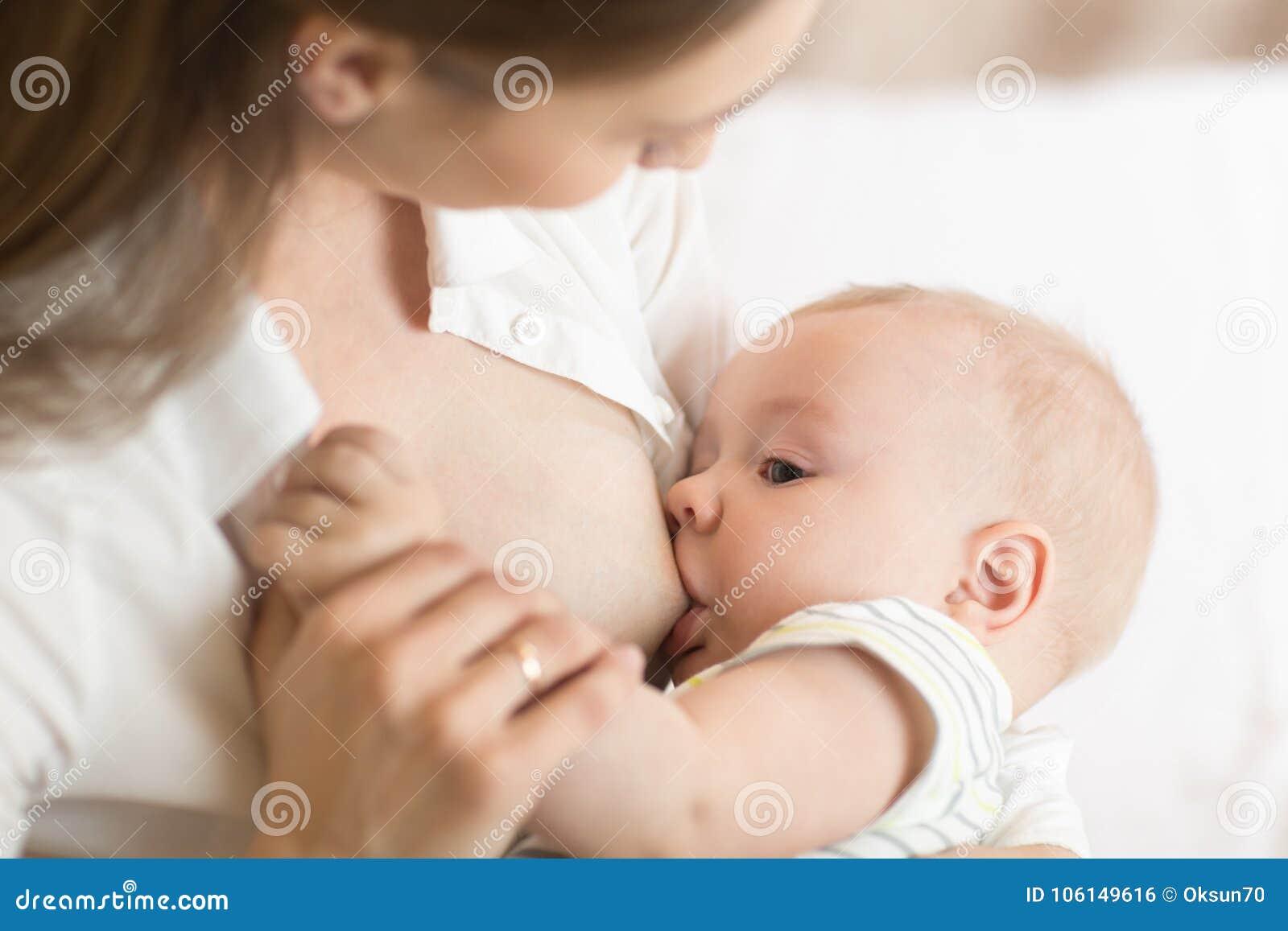 Giovane madre che tiene il suo bambino neonato Bambino di professione d infermiera della mamma Bambino grazioso di allattamento a