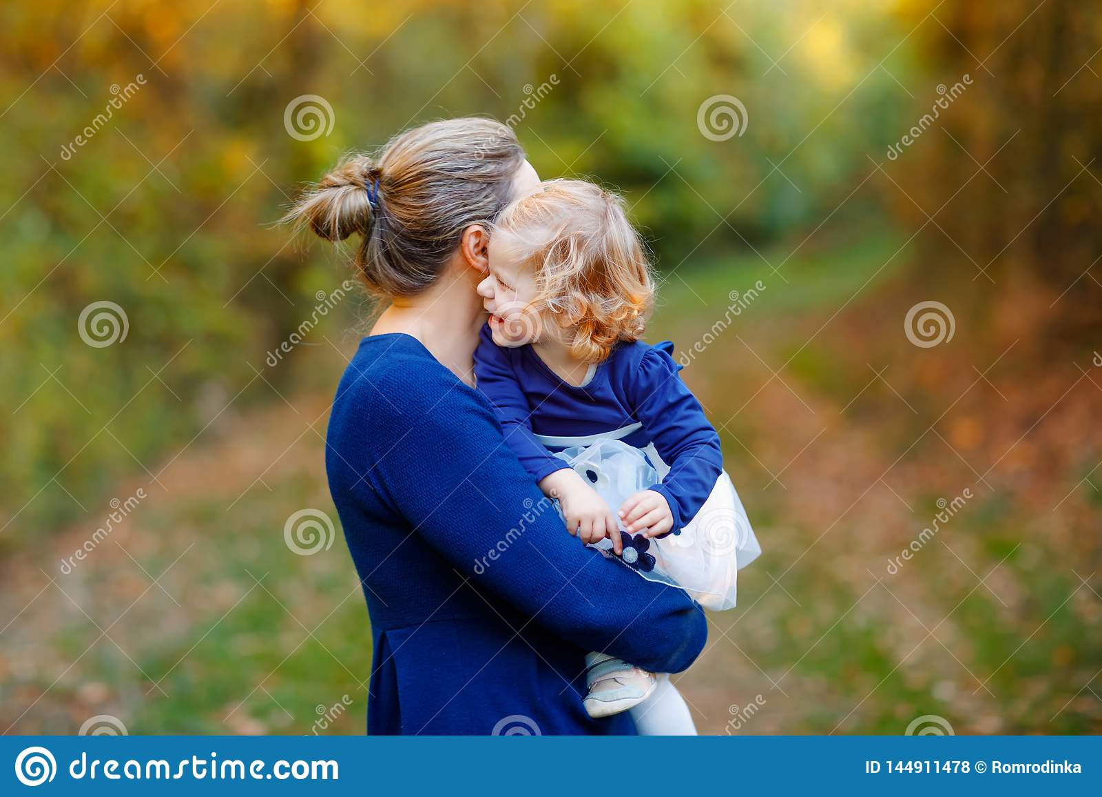 Giovane madre felice divertendosi la figlia sveglia del bambino, ritratto della famiglia insieme Donna con la bella neonata in na